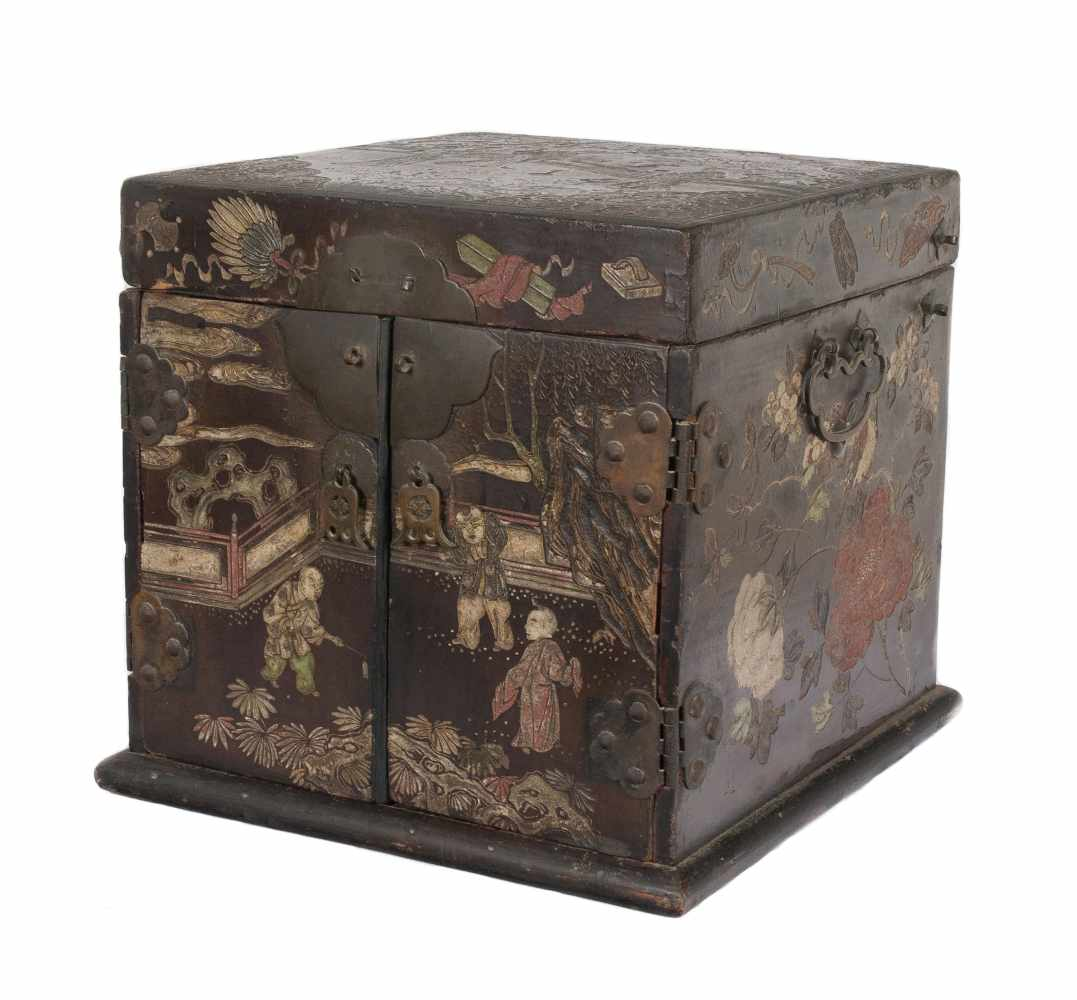 """A """"Bantamwork"""" or coromandel lacquer and brass table cabinet. China. Qing dynasty. 18th century. - Bild 4 aus 9"""