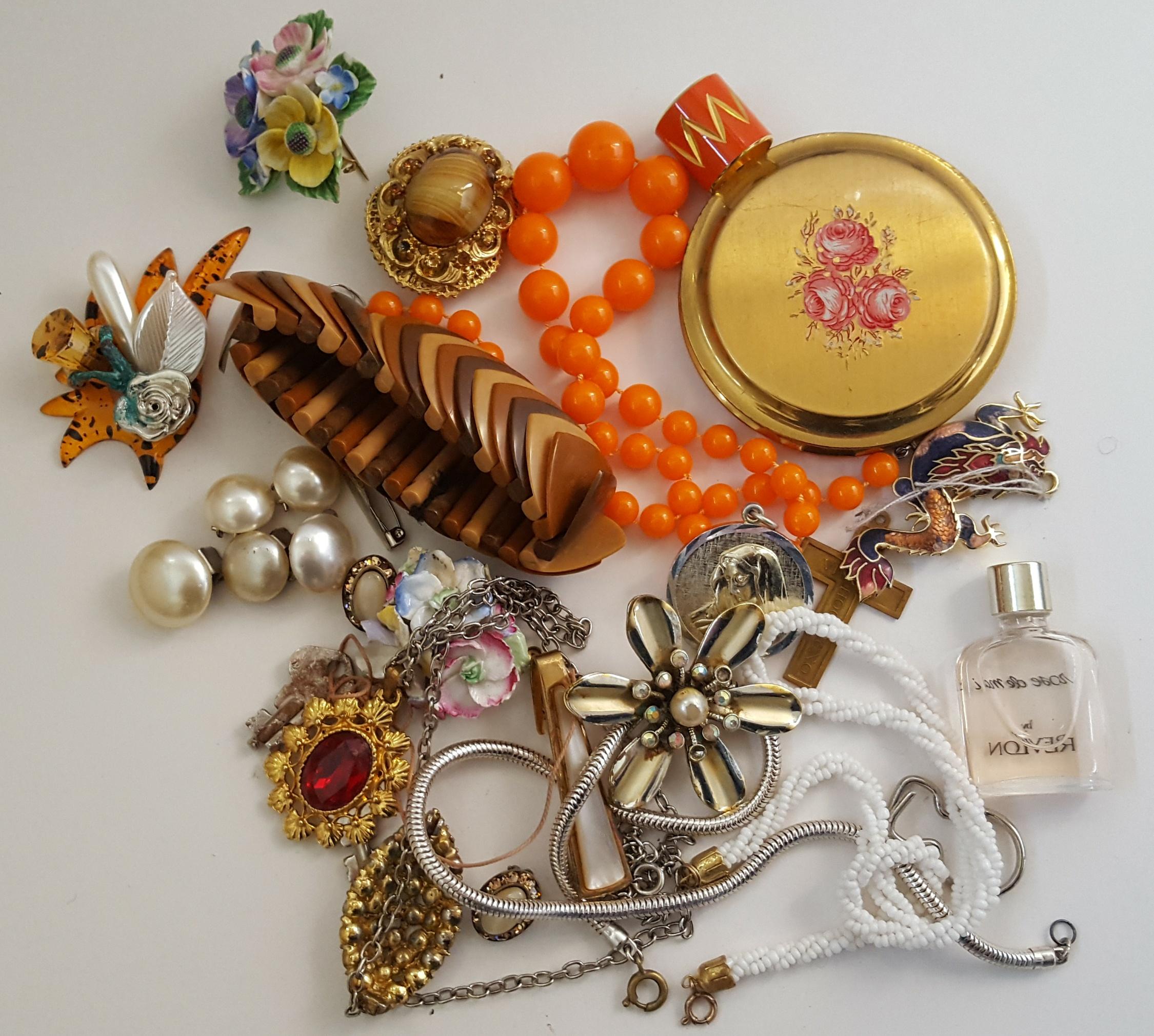 Lot 22 - Parcel of Vintage Retro Costume Jewellery