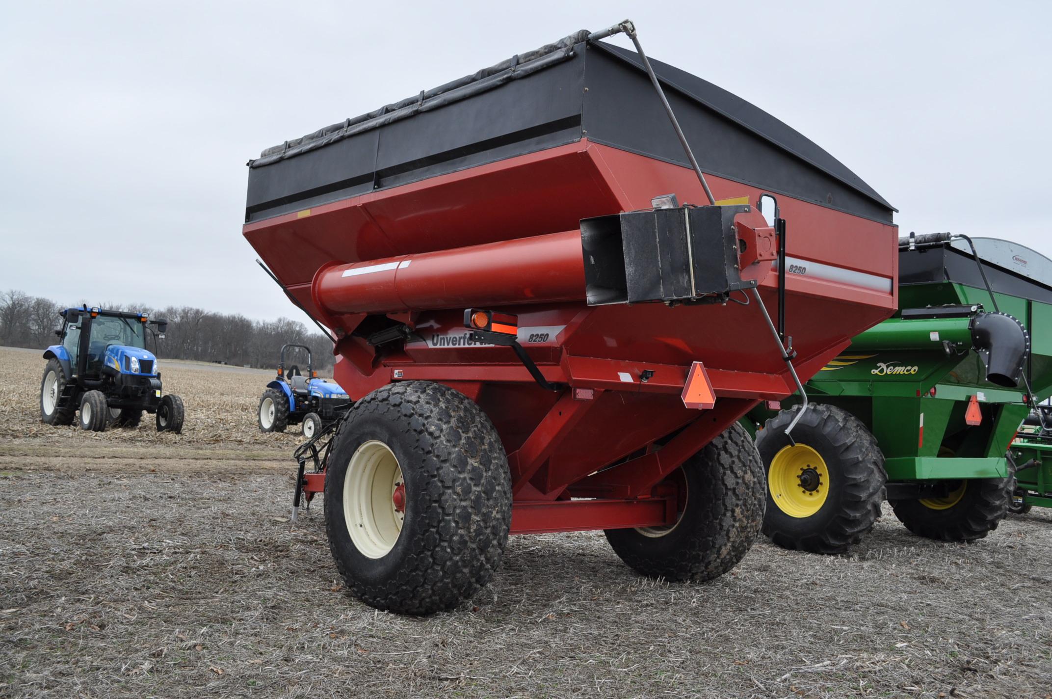 Unverferth 8250 grain cart, corner auger, 30.5L-32 diamond tread tires, lights, roll tarp, hyd - Image 2 of 11