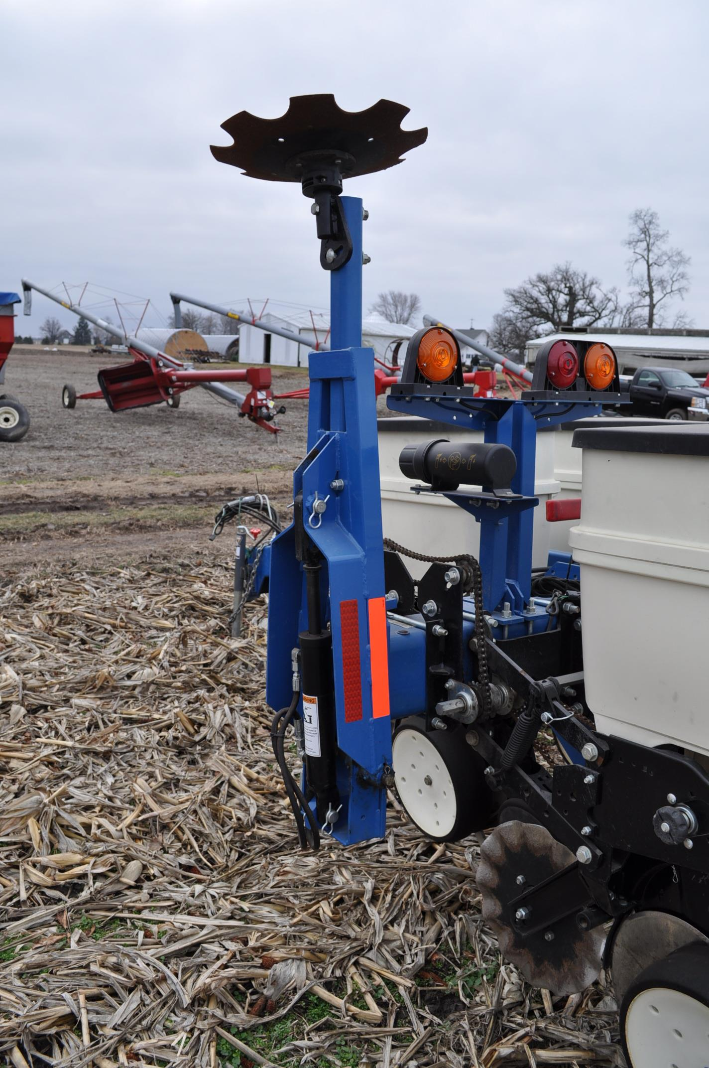 Kinze 3000 planter 4/7 planter, boxes, no-till, pull-type, ground drive, markers, rubber closing - Image 12 of 14