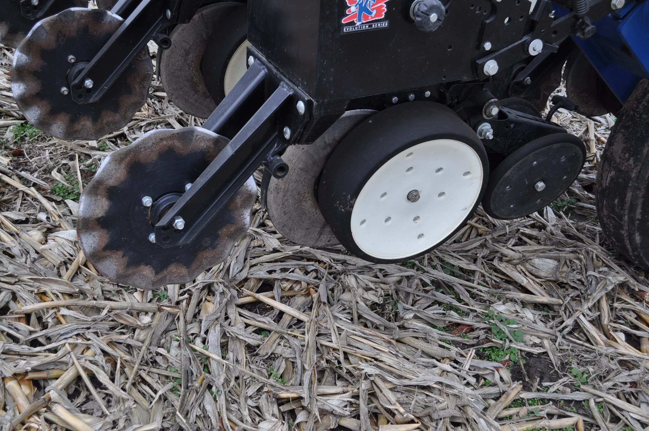 Kinze 3000 planter 4/7 planter, boxes, no-till, pull-type, ground drive, markers, rubber closing - Image 7 of 14