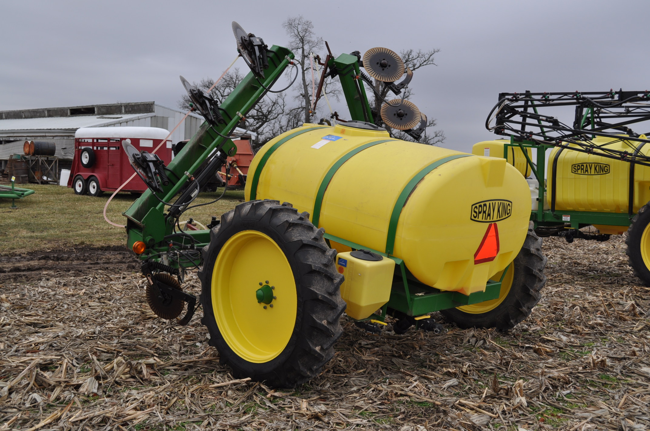Spray King 28% applicator, 11 coulters w/ knives, 850 poly tank, SS hyd pump, spot spray nozzles - Image 2 of 15