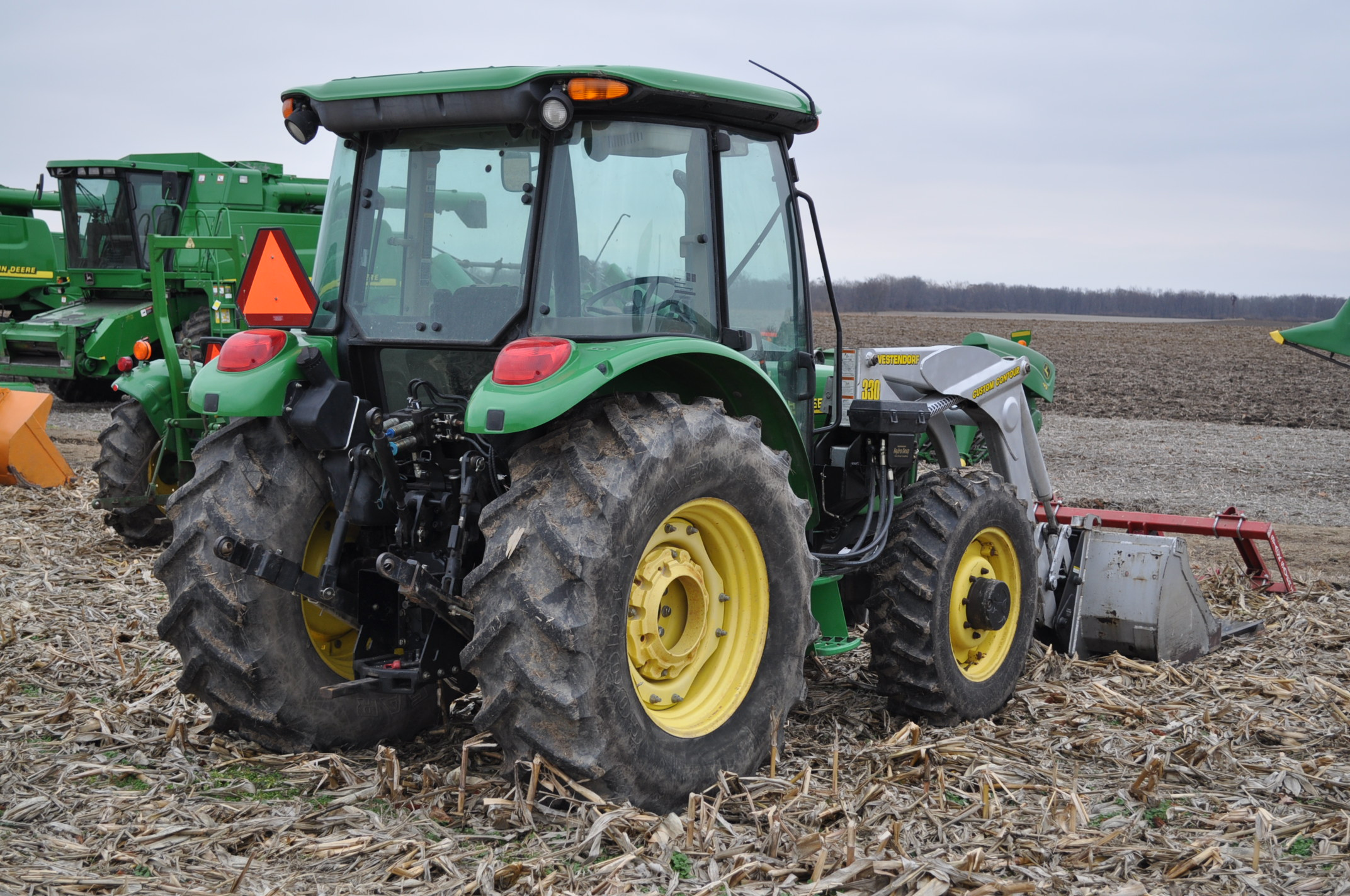 John Deere 5520 utility tractor, MFWD, 18.4 R 30 rear, 12.4-24 front, rear wheel wts, 2 hyd remotes, - Image 3 of 26