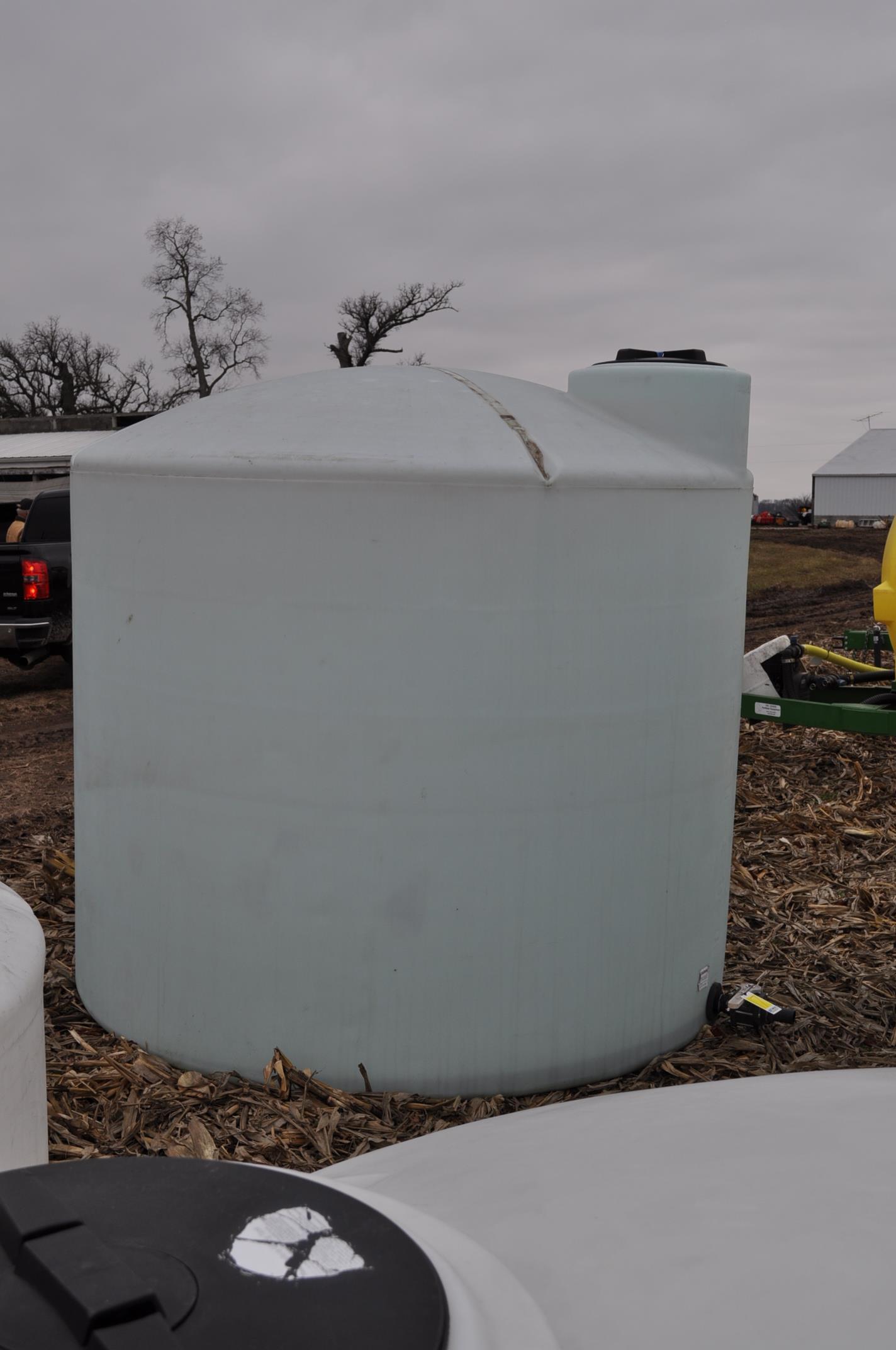 2500 gallon flat bottom poly tank - Image 4 of 4
