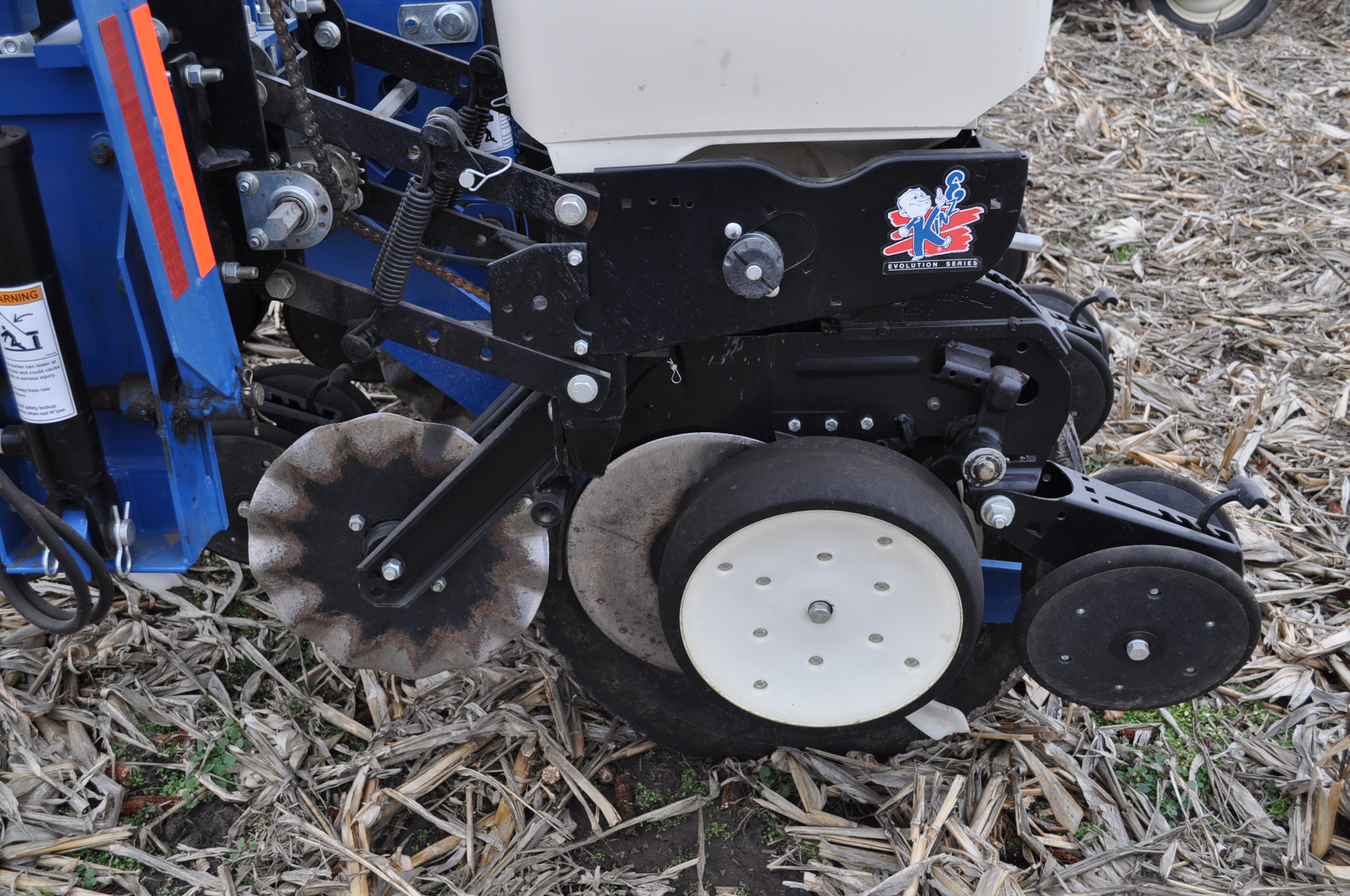Kinze 3000 planter 4/7 planter, boxes, no-till, pull-type, ground drive, markers, rubber closing - Image 9 of 14