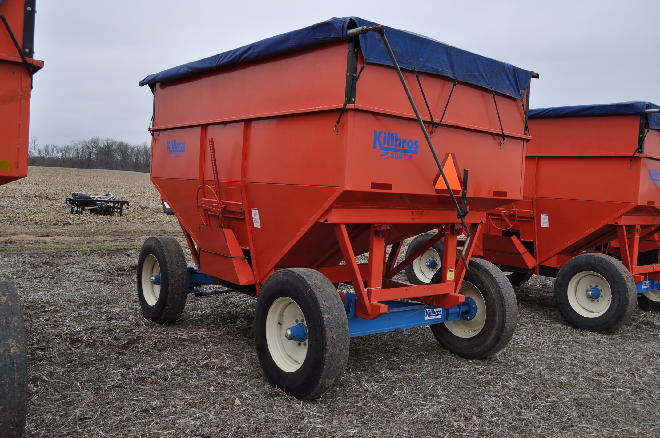 Killbros 385 gravity bed wagon, tarp, steel rails, Killbros 1386 gear, 11 R 22.5 tires - Image 2 of 7