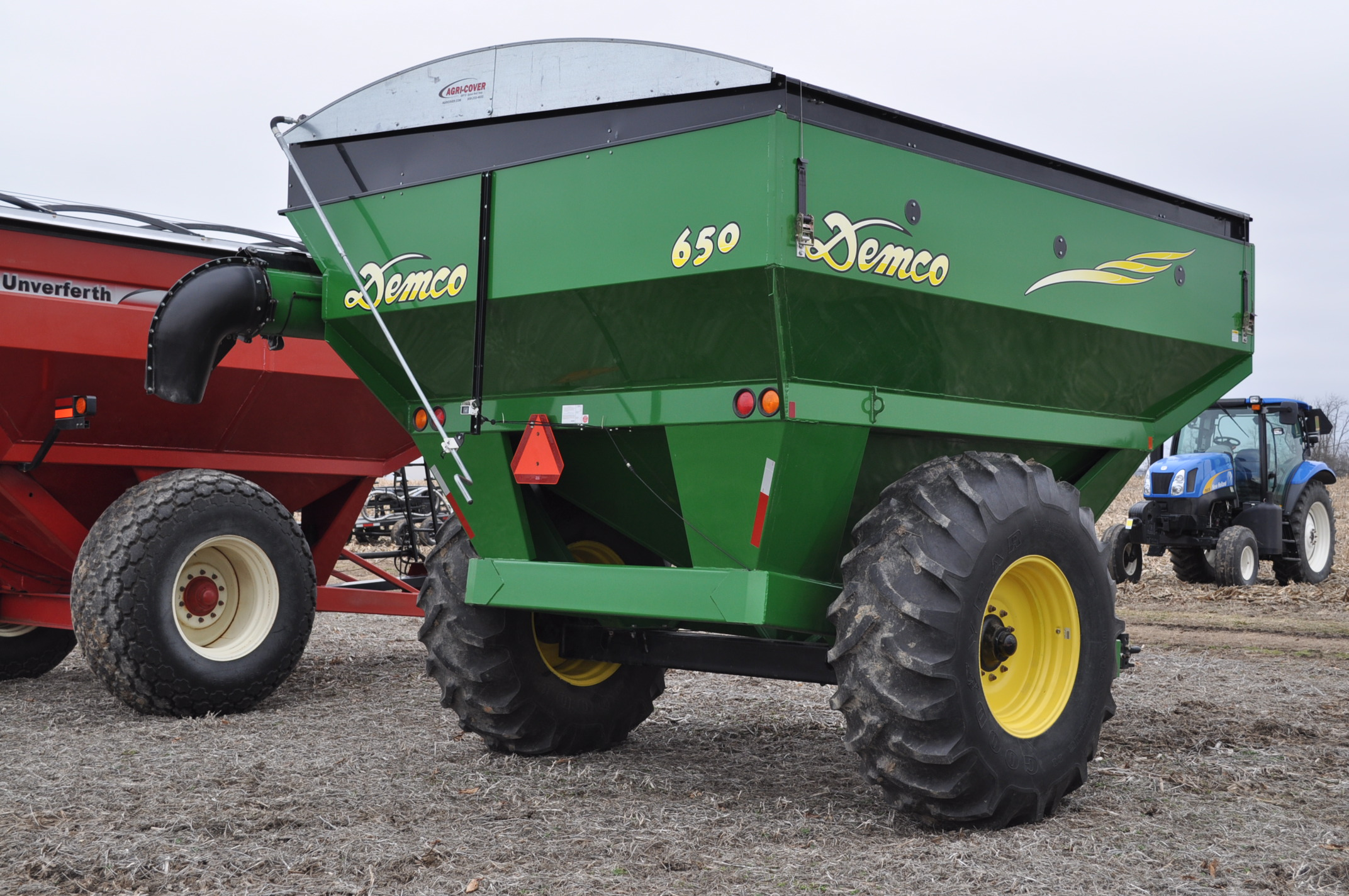 Demco 650 grain cart, 24.5-32 tires, roll tarp, hyd swing spout, Digistar scales, corner auger, rear - Image 3 of 12