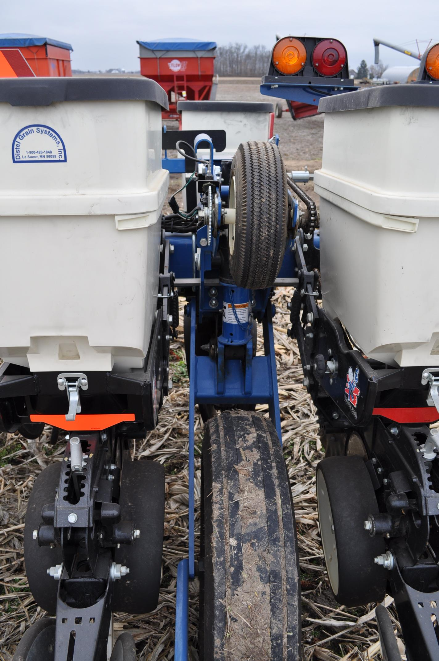 Kinze 3000 planter 4/7 planter, boxes, no-till, pull-type, ground drive, markers, rubber closing - Image 13 of 14