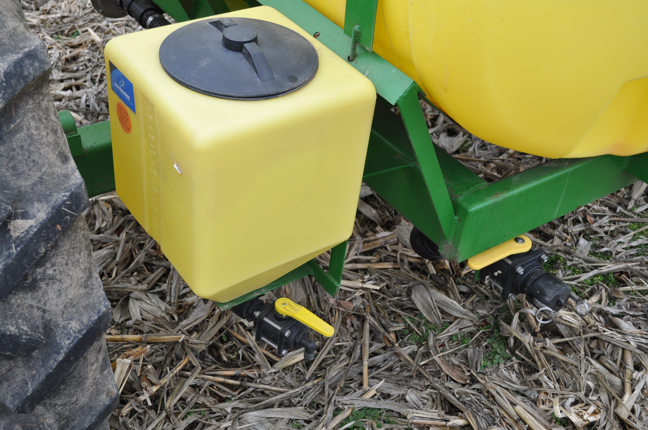 Spray King 28% applicator, 11 coulters w/ knives, 850 poly tank, SS hyd pump, spot spray nozzles - Image 15 of 15