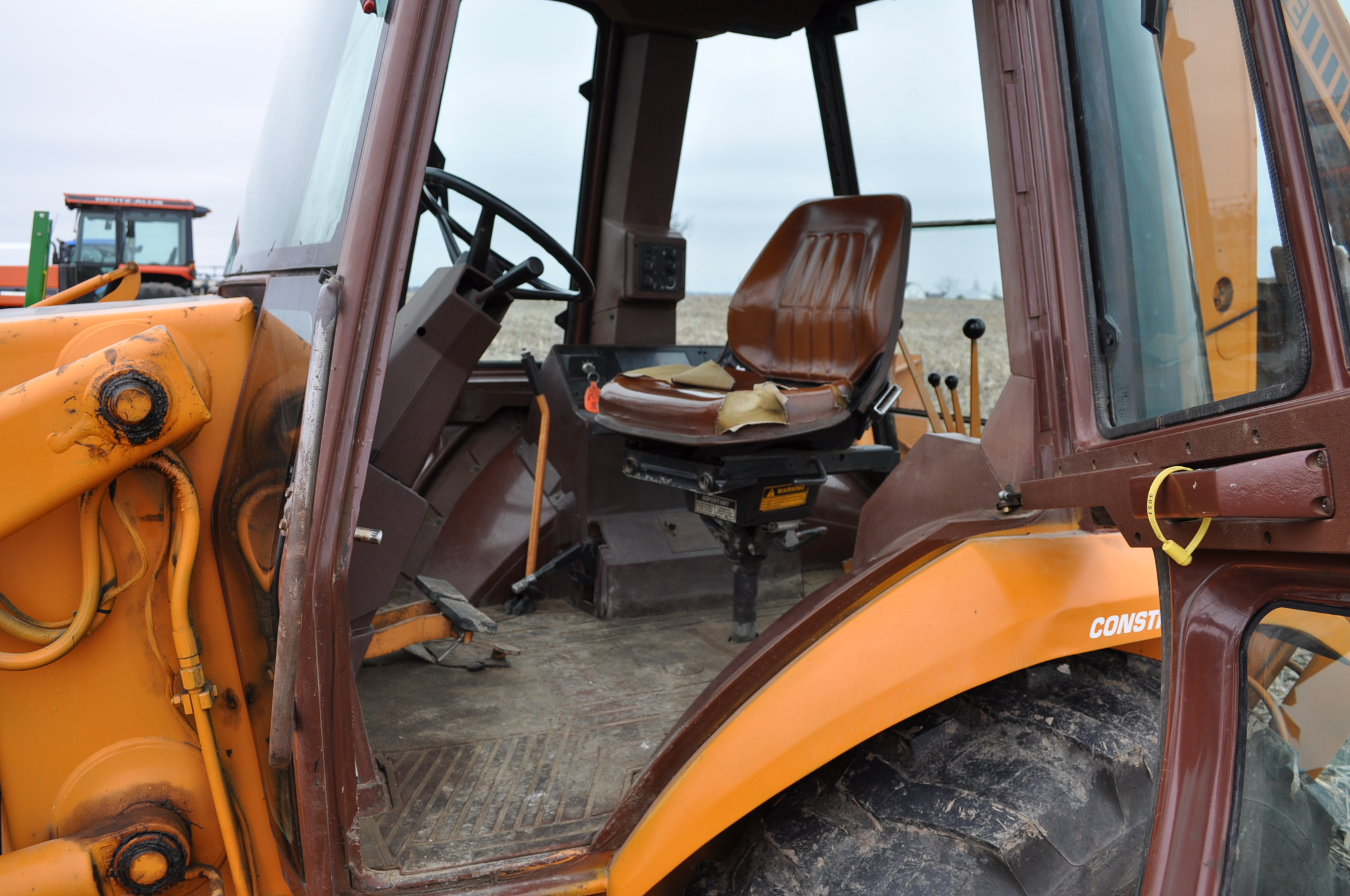 "Case Construction King 580 K backhoe, 17.5L-24 rear, 11L-16 front, CHA, 24"" digging bucket, 2 - Image 10 of 15"