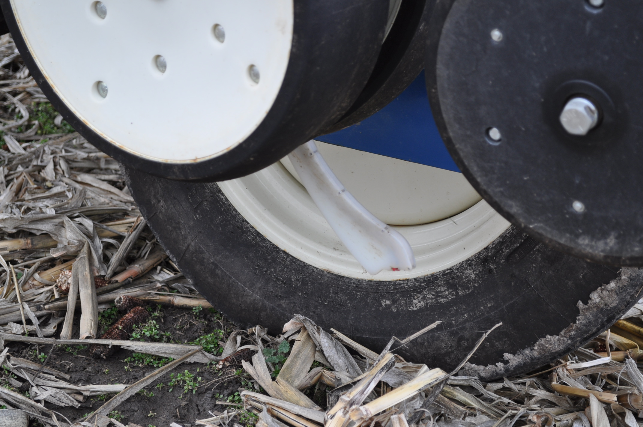 Kinze 3000 planter 4/7 planter, boxes, no-till, pull-type, ground drive, markers, rubber closing - Image 11 of 14