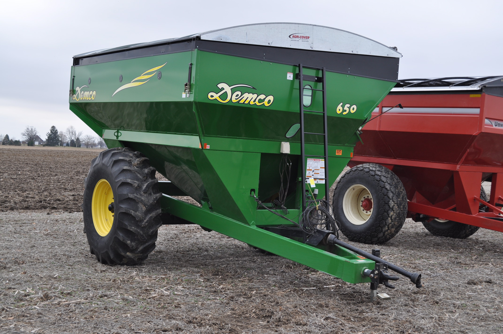 Demco 650 grain cart, 24.5-32 tires, roll tarp, hyd swing spout, Digistar scales, corner auger, rear - Image 4 of 12