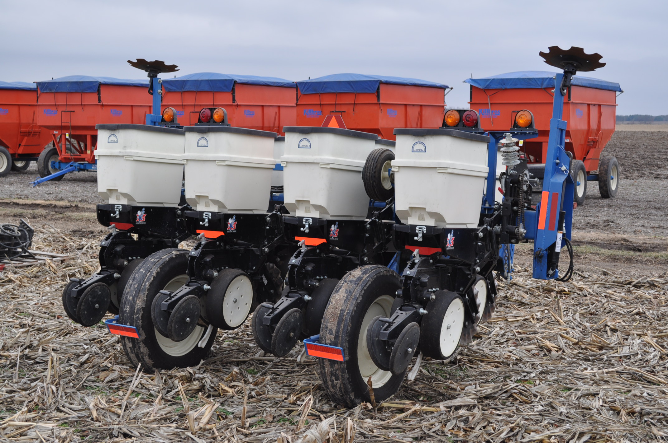 Kinze 3000 planter 4/7 planter, boxes, no-till, pull-type, ground drive, markers, rubber closing - Image 3 of 14