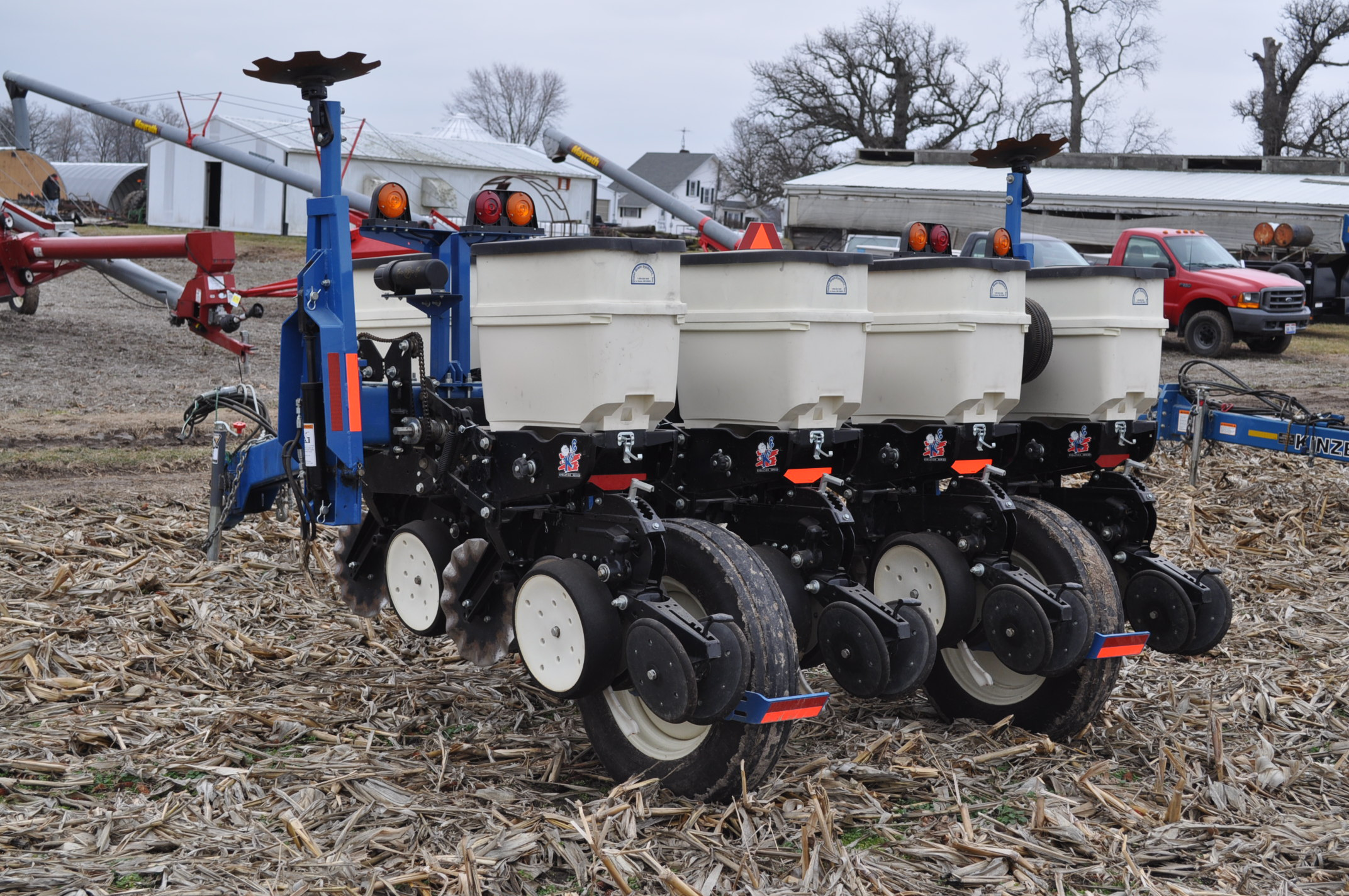 Kinze 3000 planter 4/7 planter, boxes, no-till, pull-type, ground drive, markers, rubber closing - Image 2 of 14