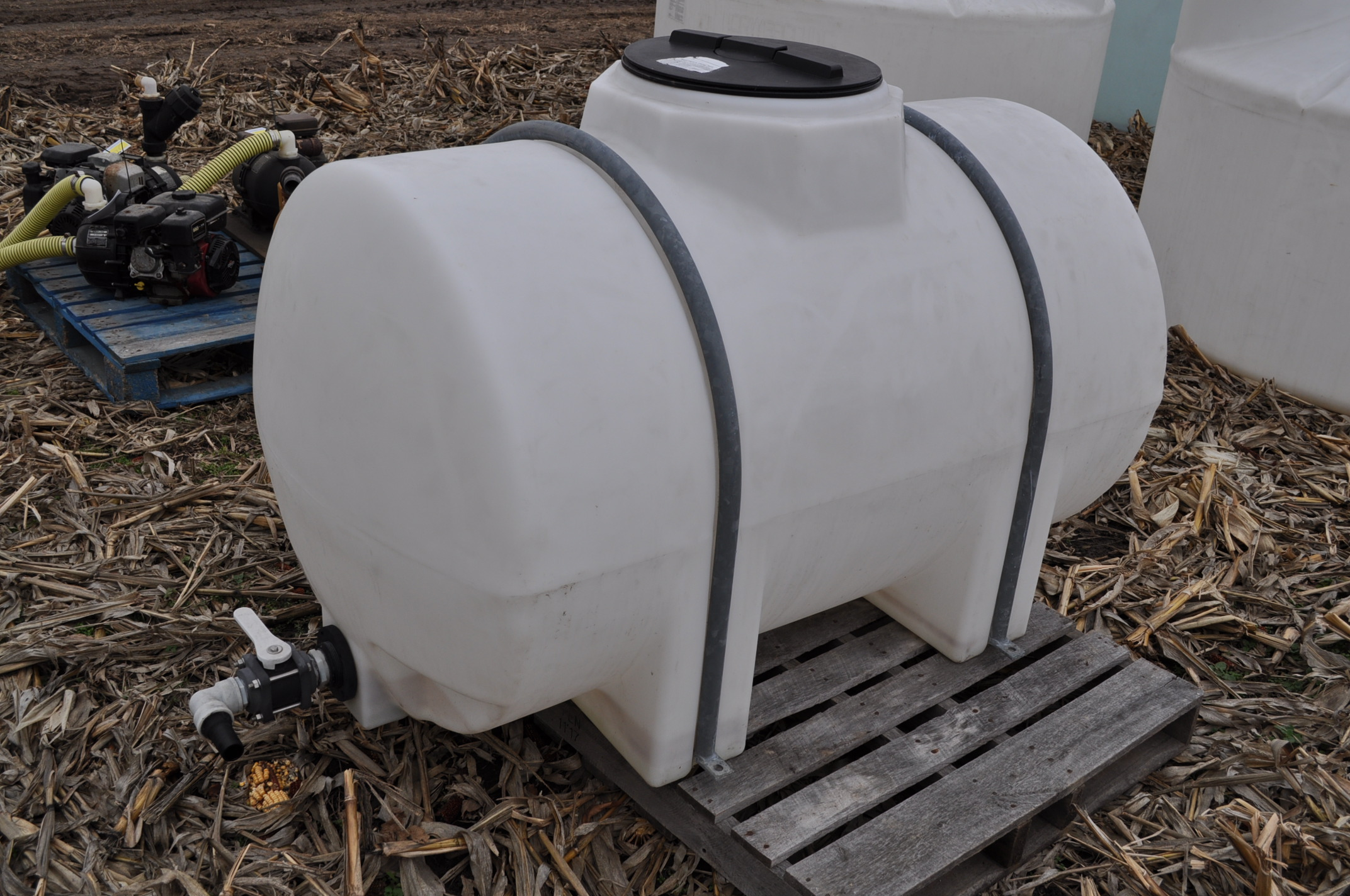 300 gallon poly banded leg tank - Image 3 of 5