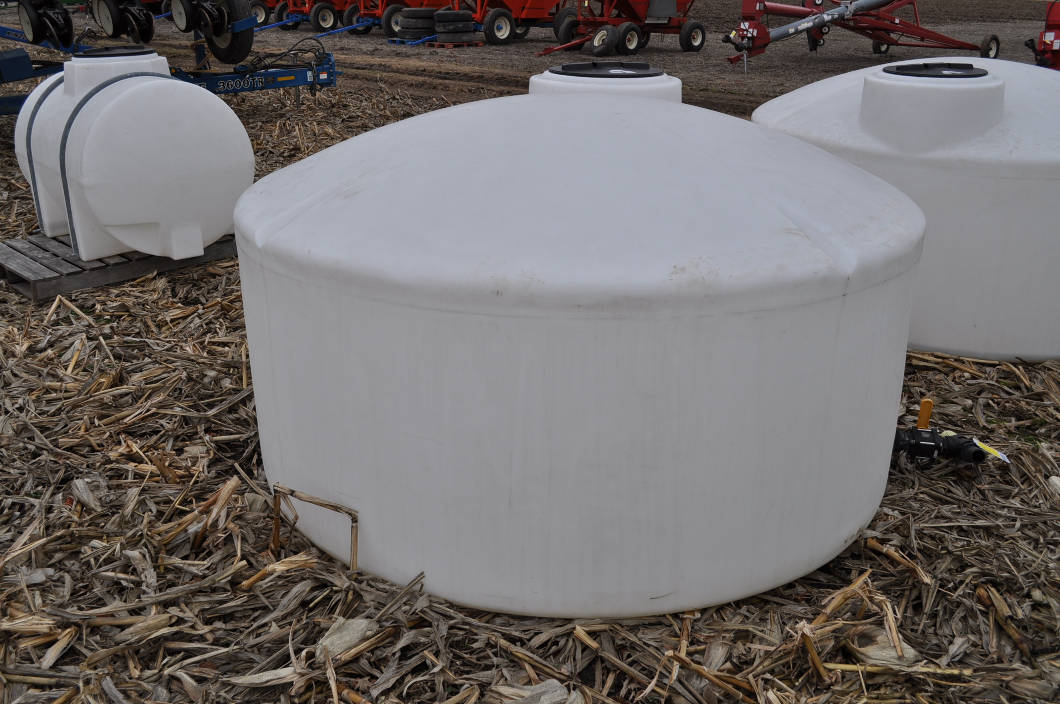 1100 gallon flat bottom poly tank - Image 4 of 4