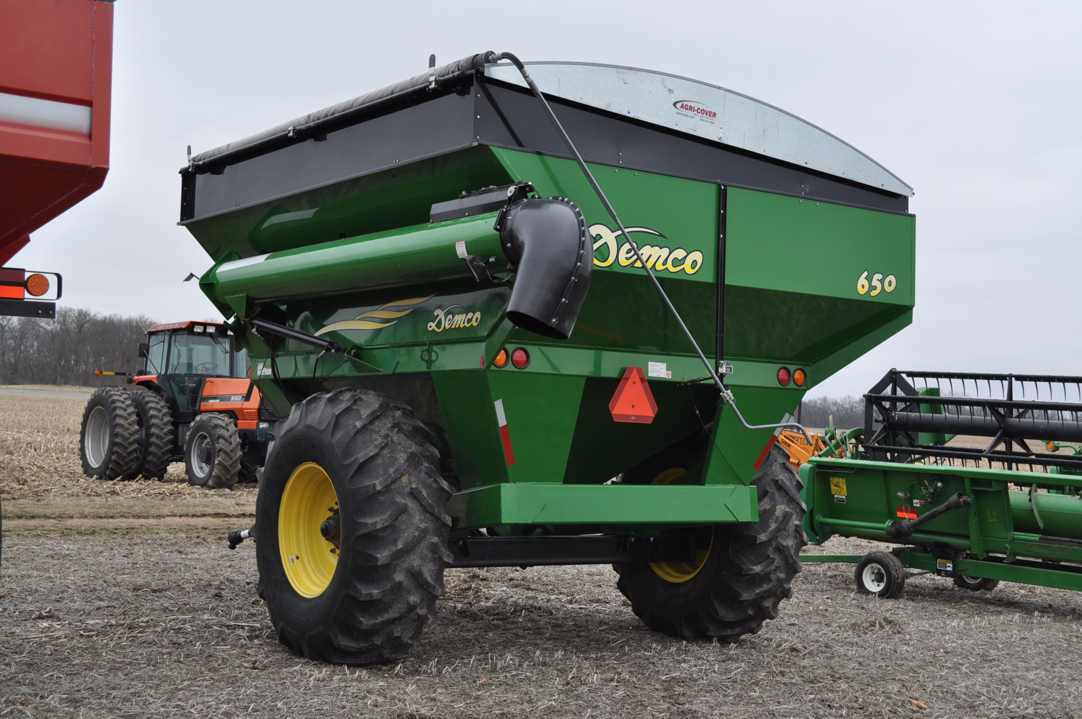 Demco 650 grain cart, 24.5-32 tires, roll tarp, hyd swing spout, Digistar scales, corner auger, rear - Image 2 of 12