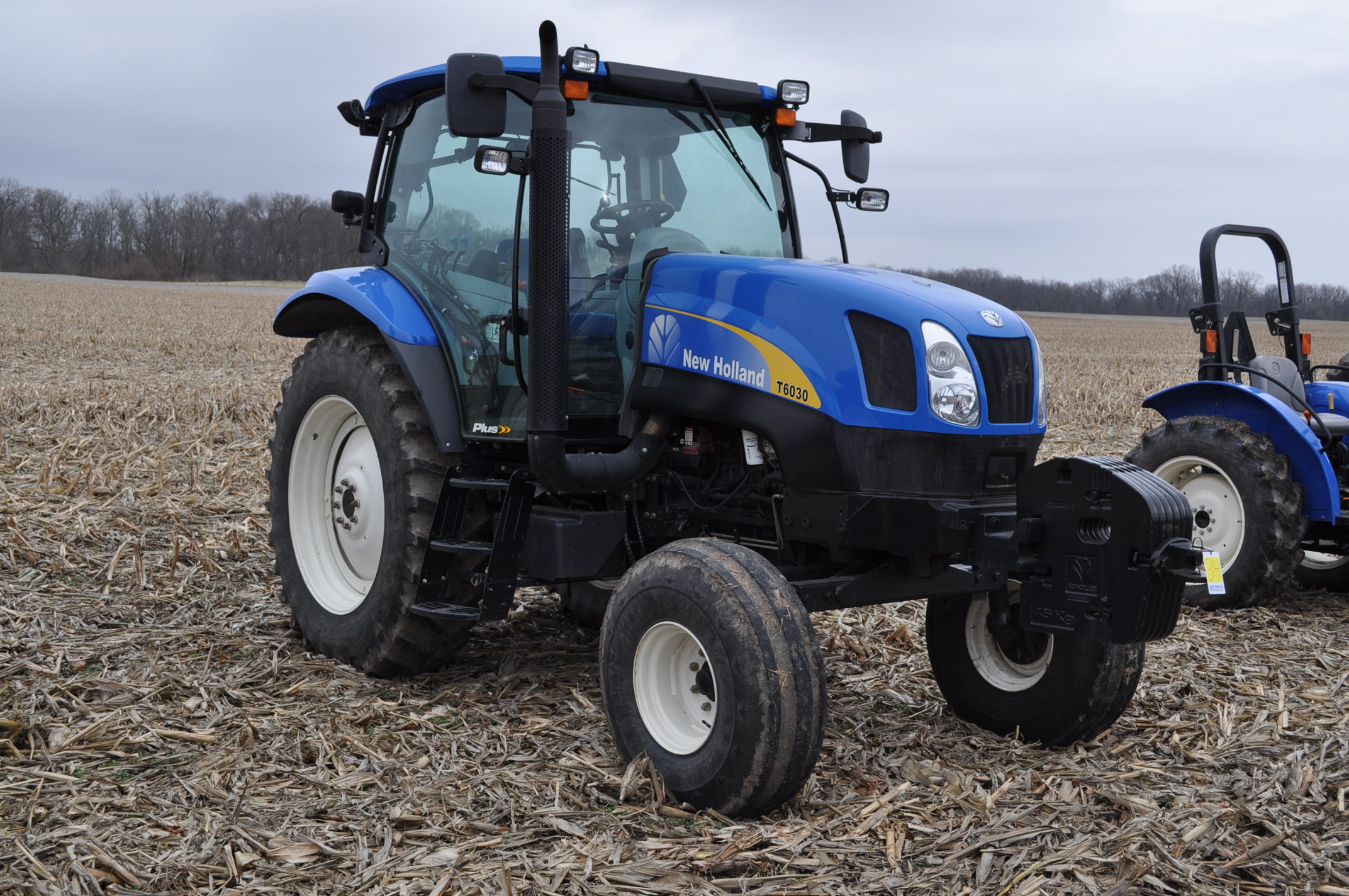 New Holland T6030 tractor, CHA, 16.9 R 38 tires, 11.00-16 front, 6 front wts, 3 hyd remotes, 3 pt, - Image 4 of 21