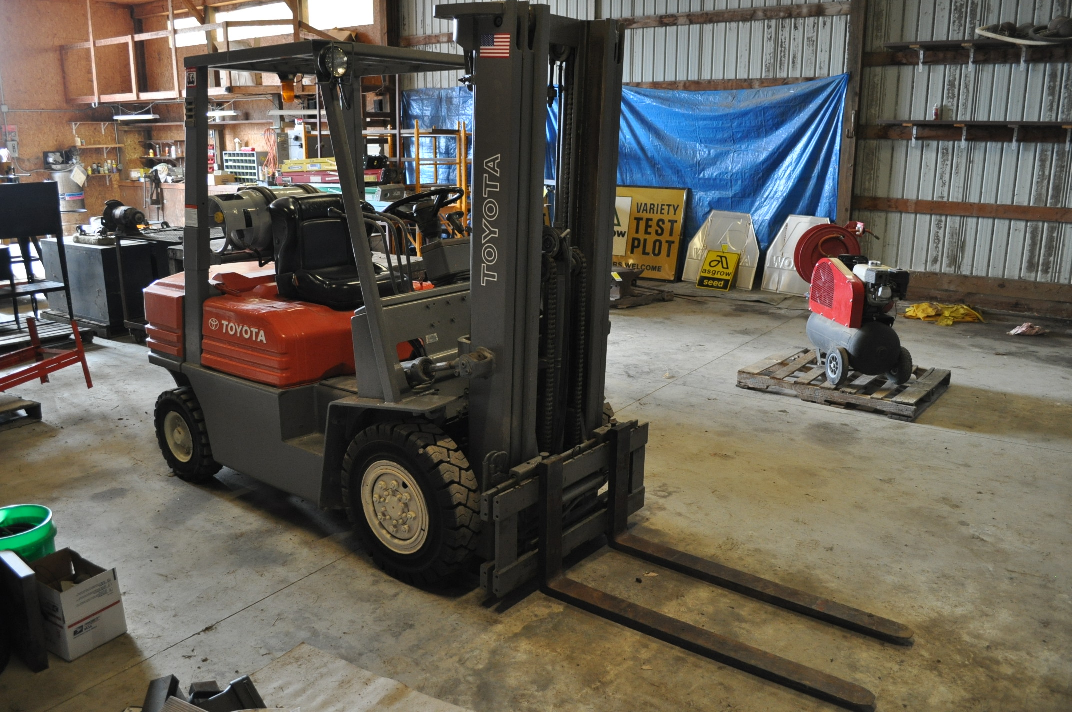 "Toyota 5 FG 10-30 forklift, 3 stage lift, 48"" forks side shift, LP, solid pneumatic, 10,520 hrs - Image 2 of 11"