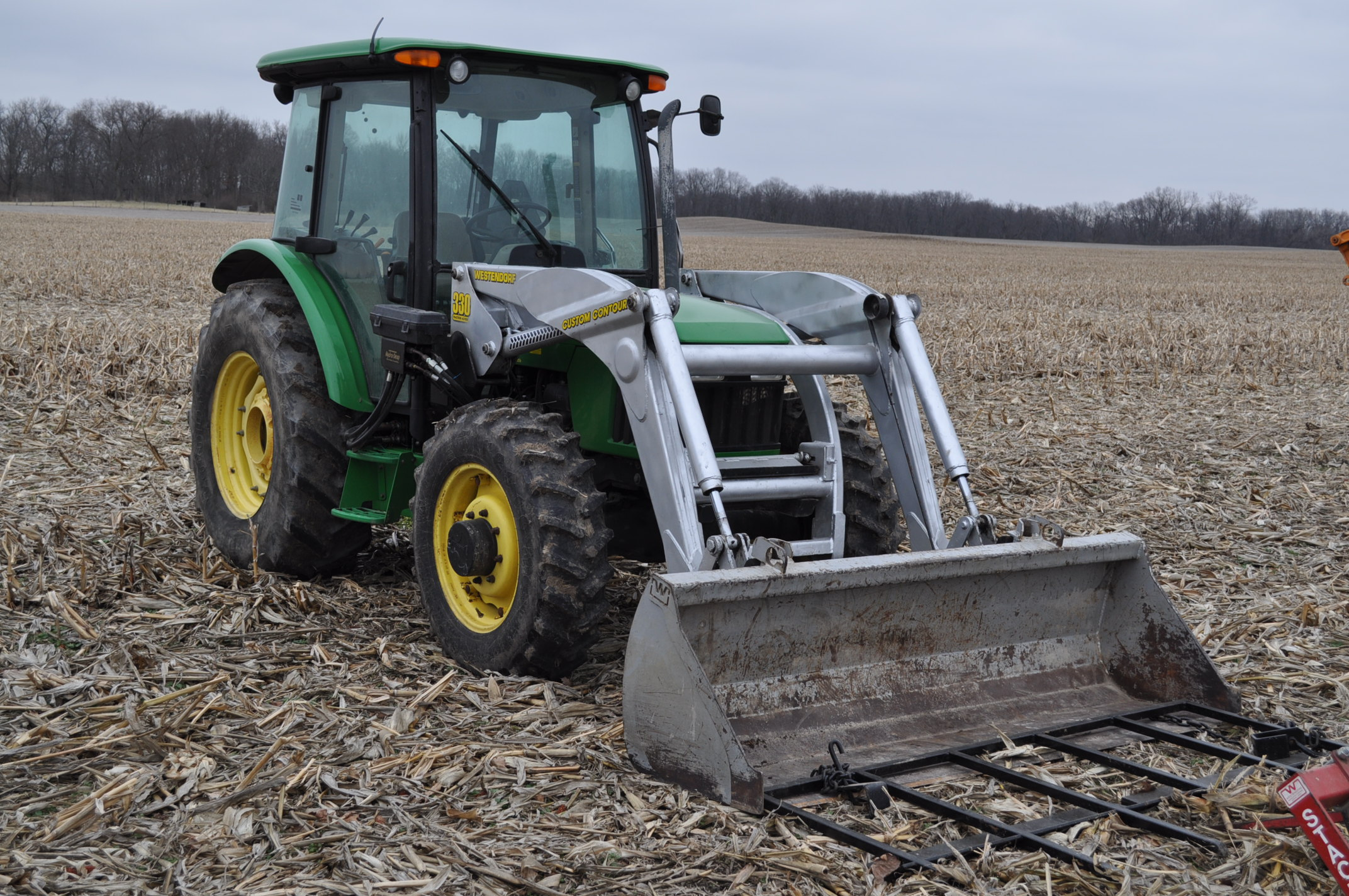 John Deere 5520 utility tractor, MFWD, 18.4 R 30 rear, 12.4-24 front, rear wheel wts, 2 hyd remotes, - Image 4 of 26