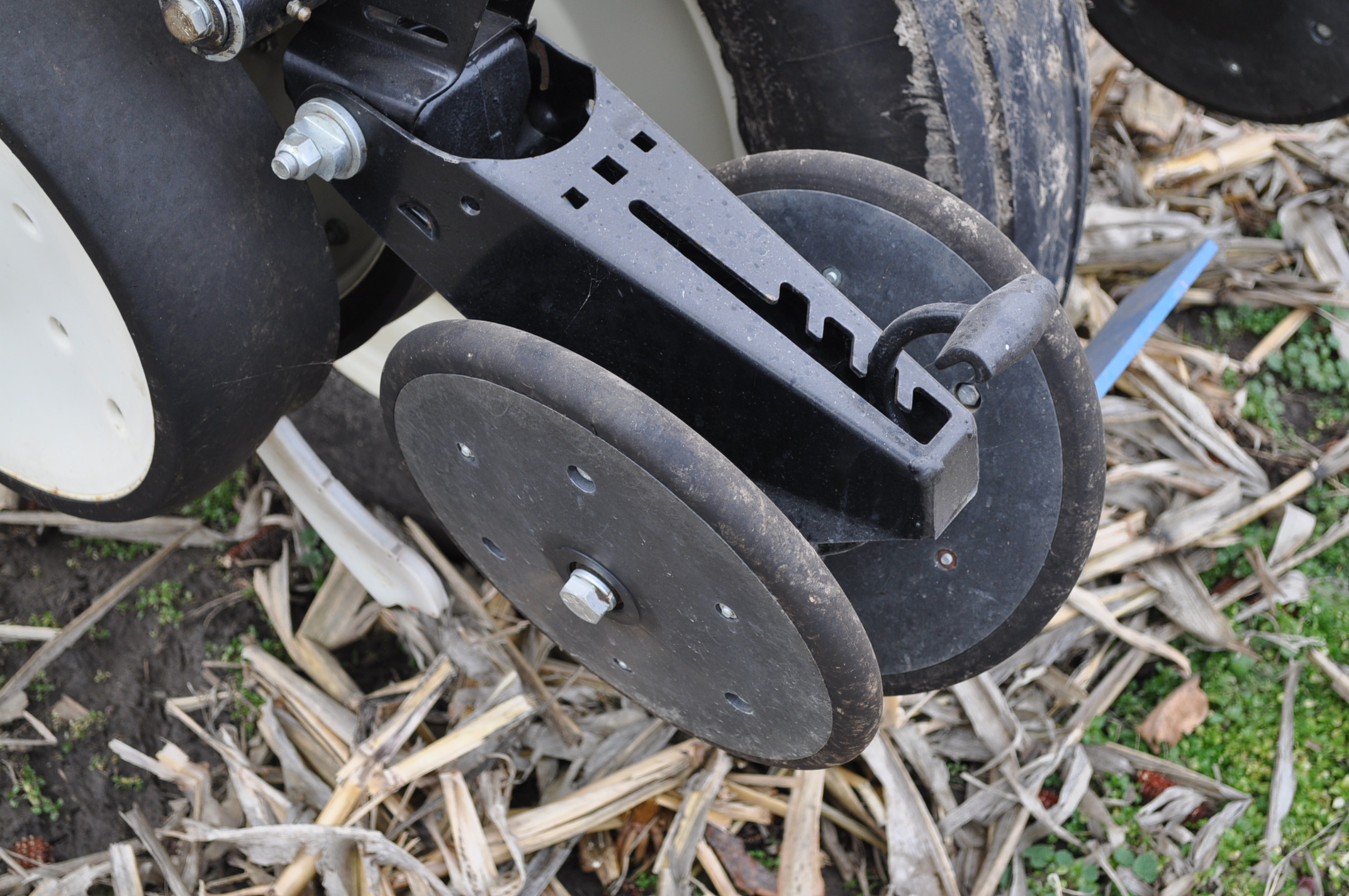 Kinze 3000 planter 4/7 planter, boxes, no-till, pull-type, ground drive, markers, rubber closing - Image 10 of 14