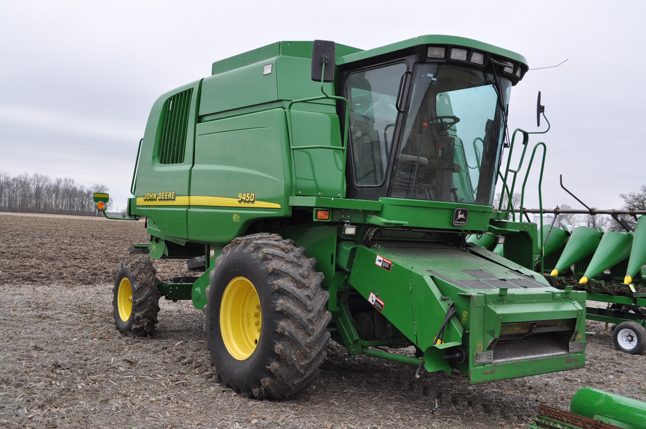 John Deere 9450 combine, NEW 24.5-32 drive, NEW 14.9-24 rear, chopper, spreader, 3335 engine hrs, - Image 4 of 18