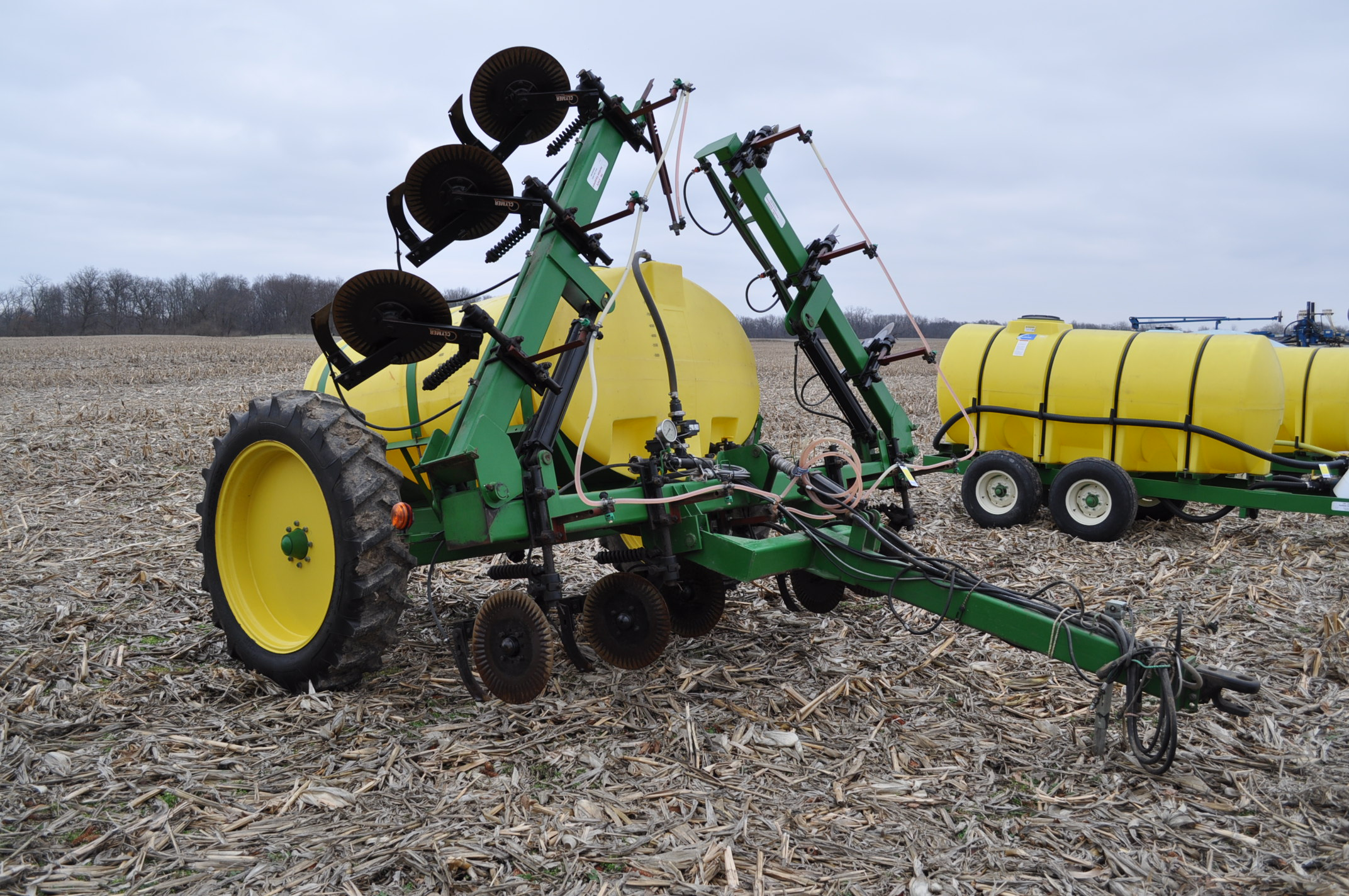 Spray King 28% applicator, 11 coulters w/ knives, 850 poly tank, SS hyd pump, spot spray nozzles - Image 4 of 15