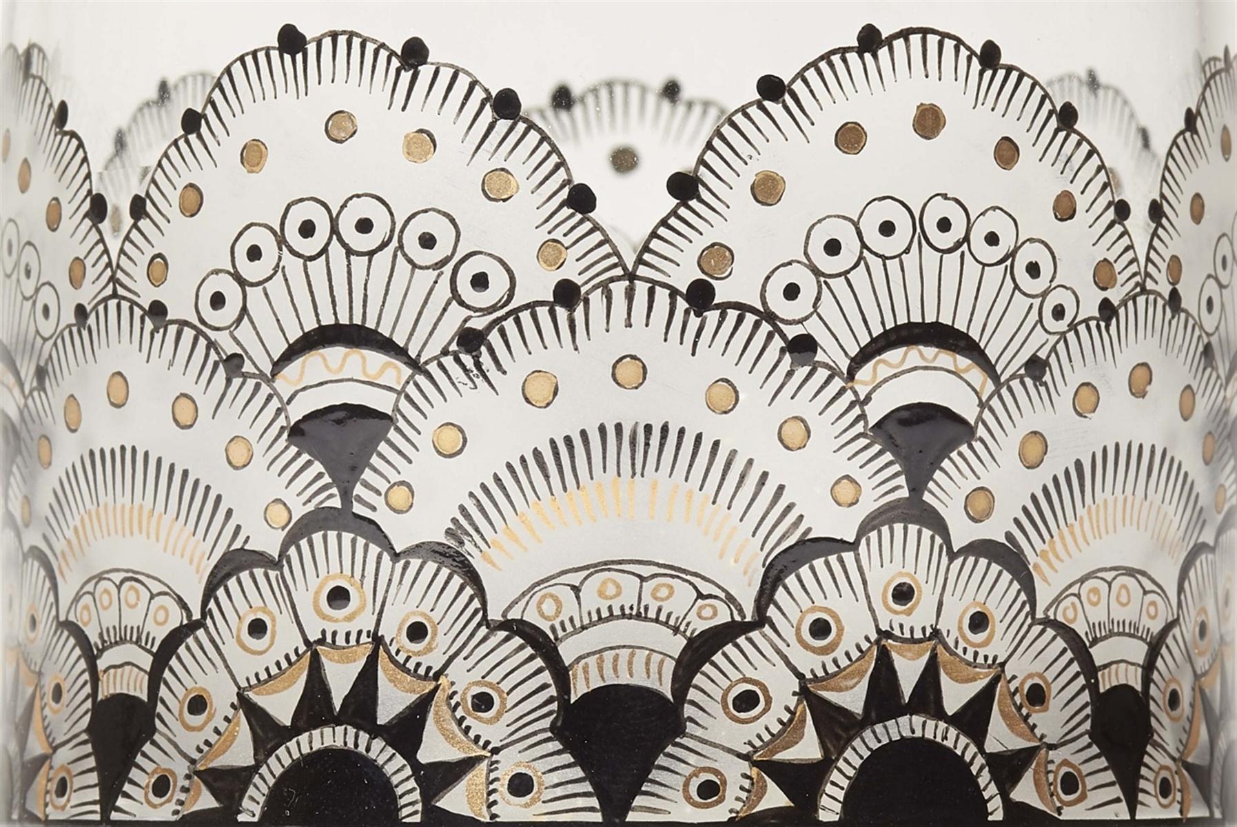 Böhmischer DeckelbecherFarbloses Glas mit Schwarzlot- und Goldbemalung über Mattätzung. H 14,5 cm - Bild 2 aus 2