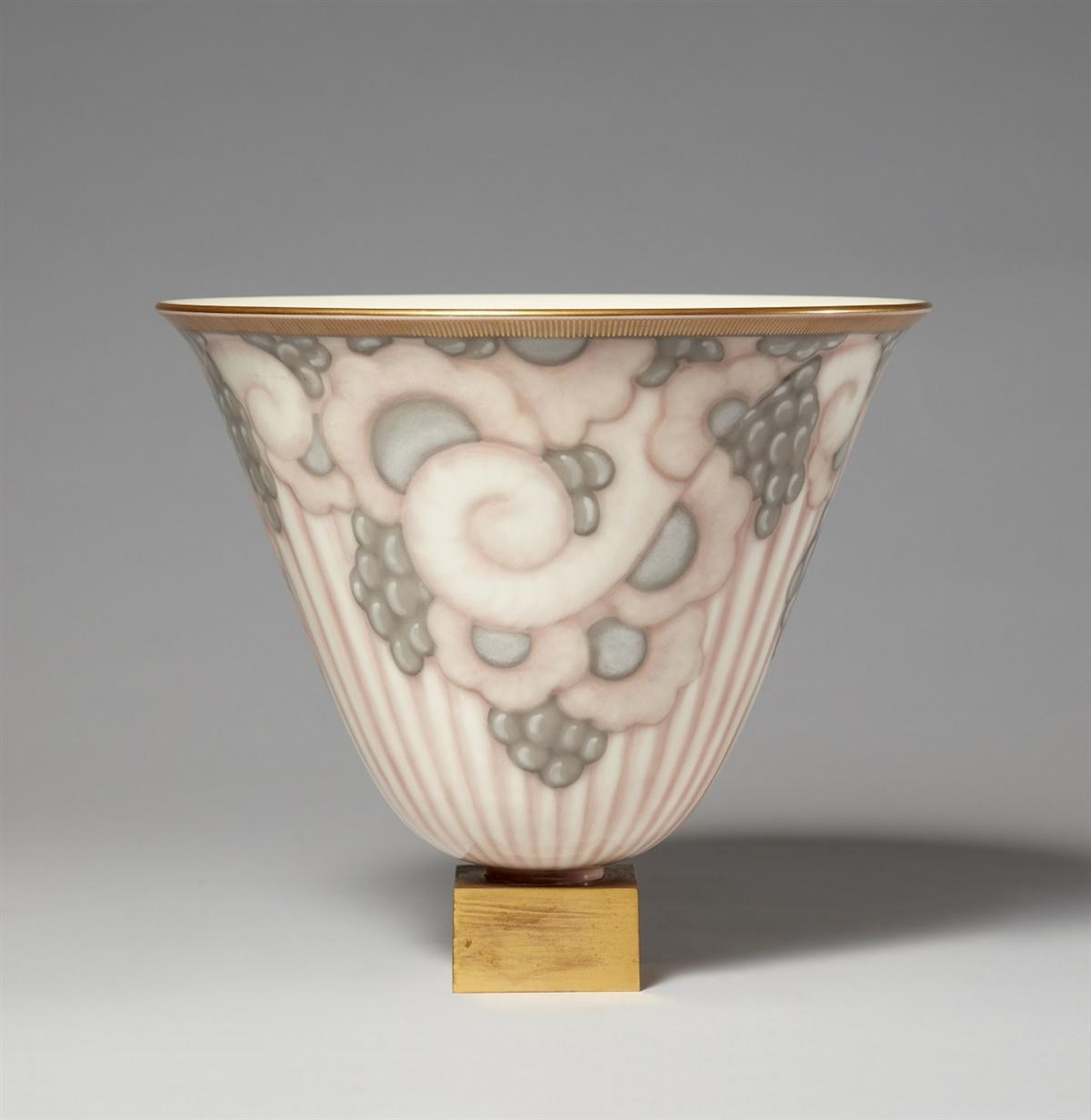 Lot 72 - Vase Ruhlmann N°3 sur socle carré en bronzePorzellan, Unterglasurdekor in Rosa und Grau, Vergoldung,