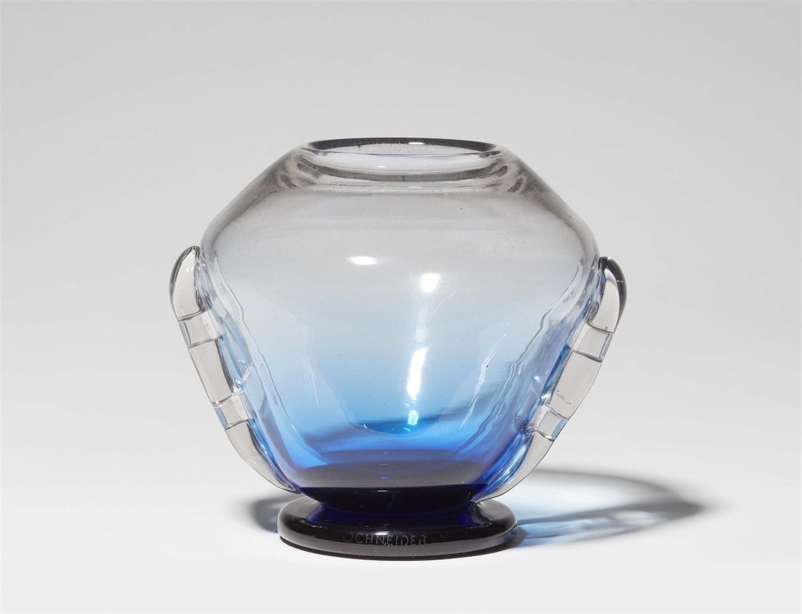 Vase Art DécoBlaustichiges Klarglas mit amethystfarbenen Pulvereinschmelzungen im Fuß, breite