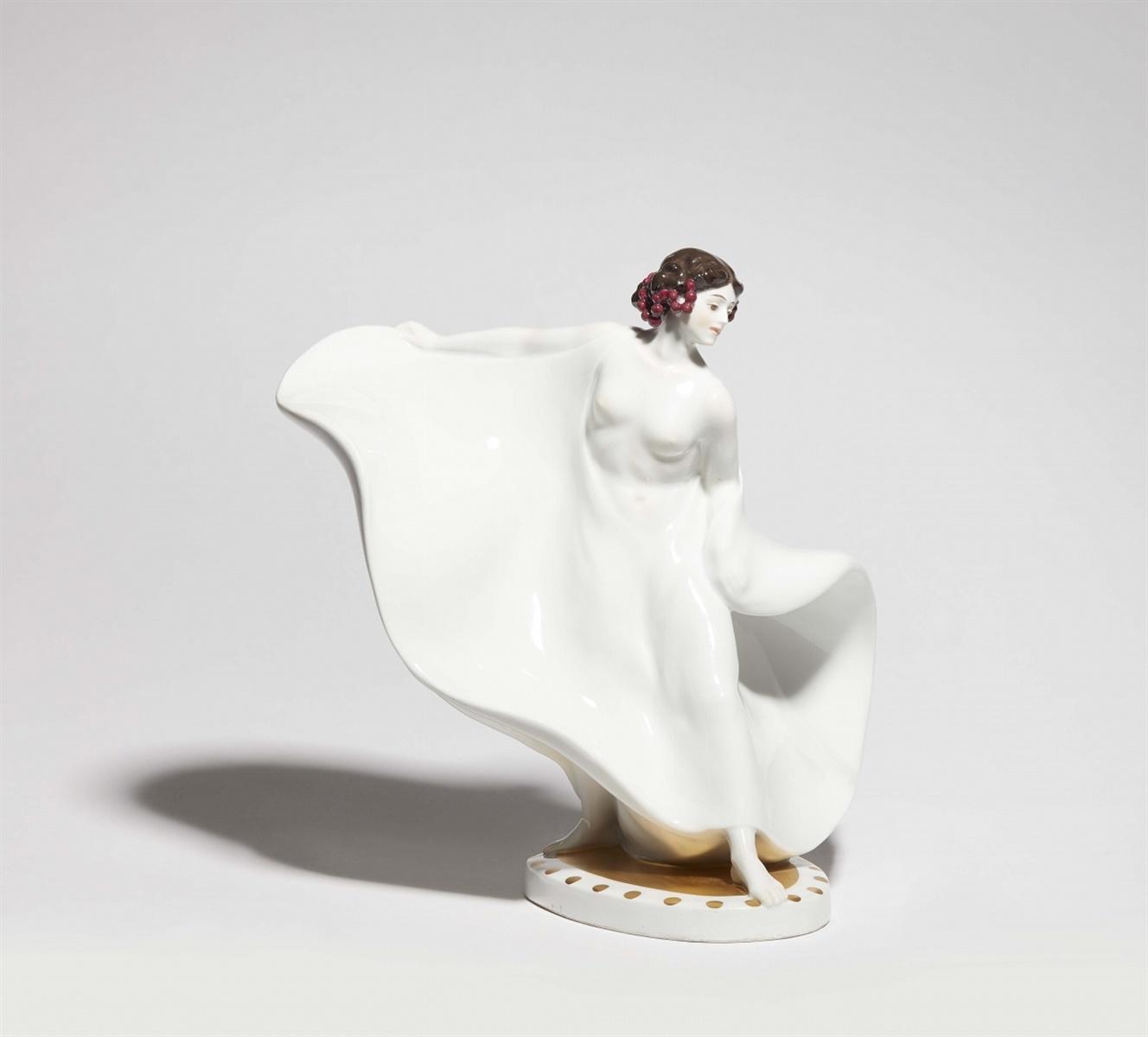 Seltene Figur der Tänzerin Loie FullerPorzellan, farbiger Unter- und Aufglasurdekor, Vergoldung. - Bild 2 aus 2