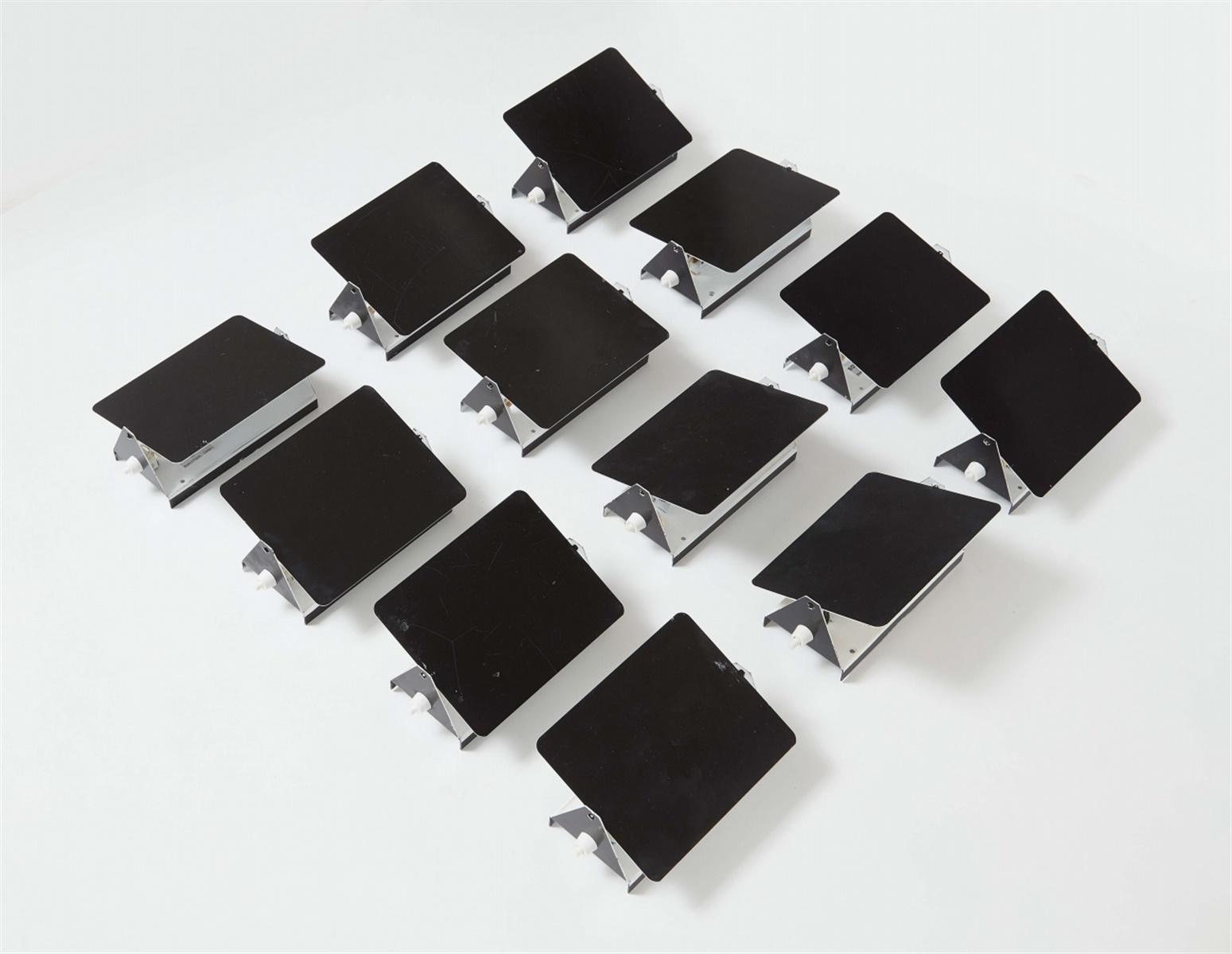 Lot 96 - Satz von zwölf Wandleuchten CP1Schwarz und weiß emailliertes Stahlblech, Kunststoff,
