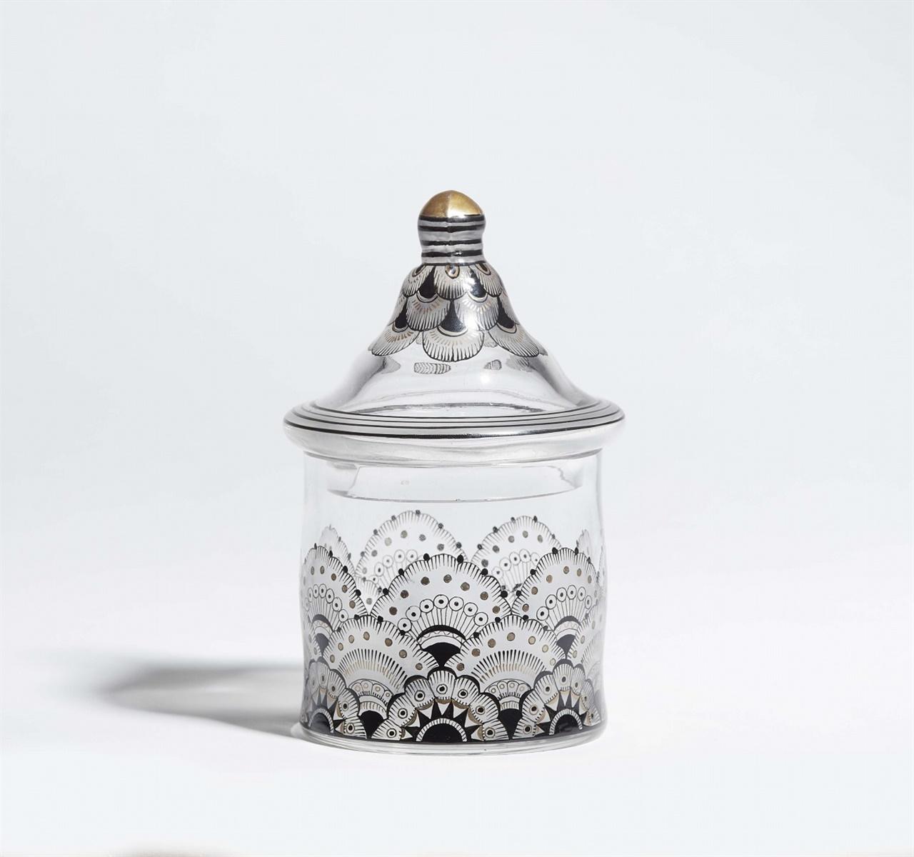 Böhmischer DeckelbecherFarbloses Glas mit Schwarzlot- und Goldbemalung über Mattätzung. H 14,5 cm