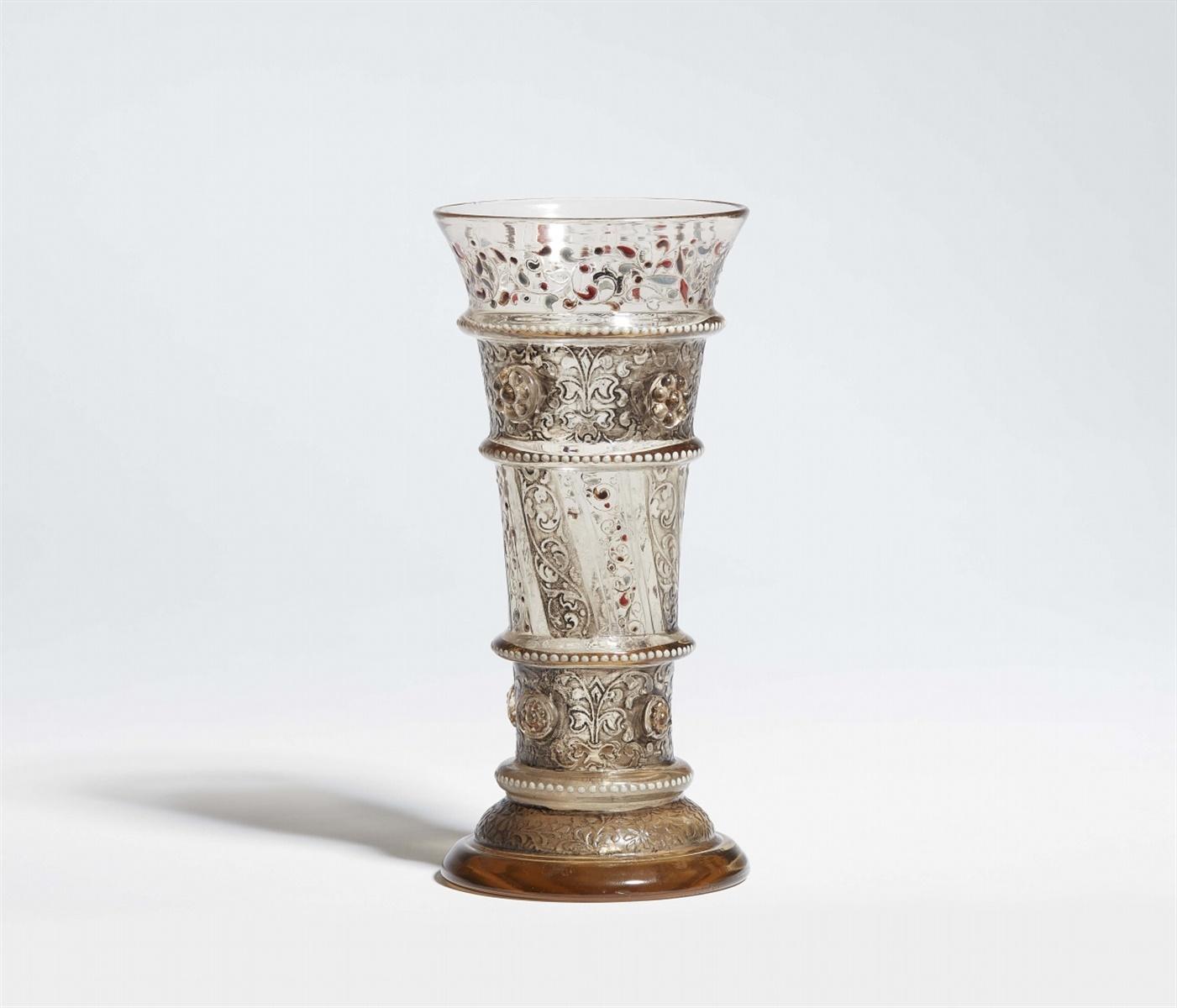 Lot 9 - Frühes Stangenglas von Emile GalléBraunstichiges Klarglas mit rauchfarbener Patina, erhabener