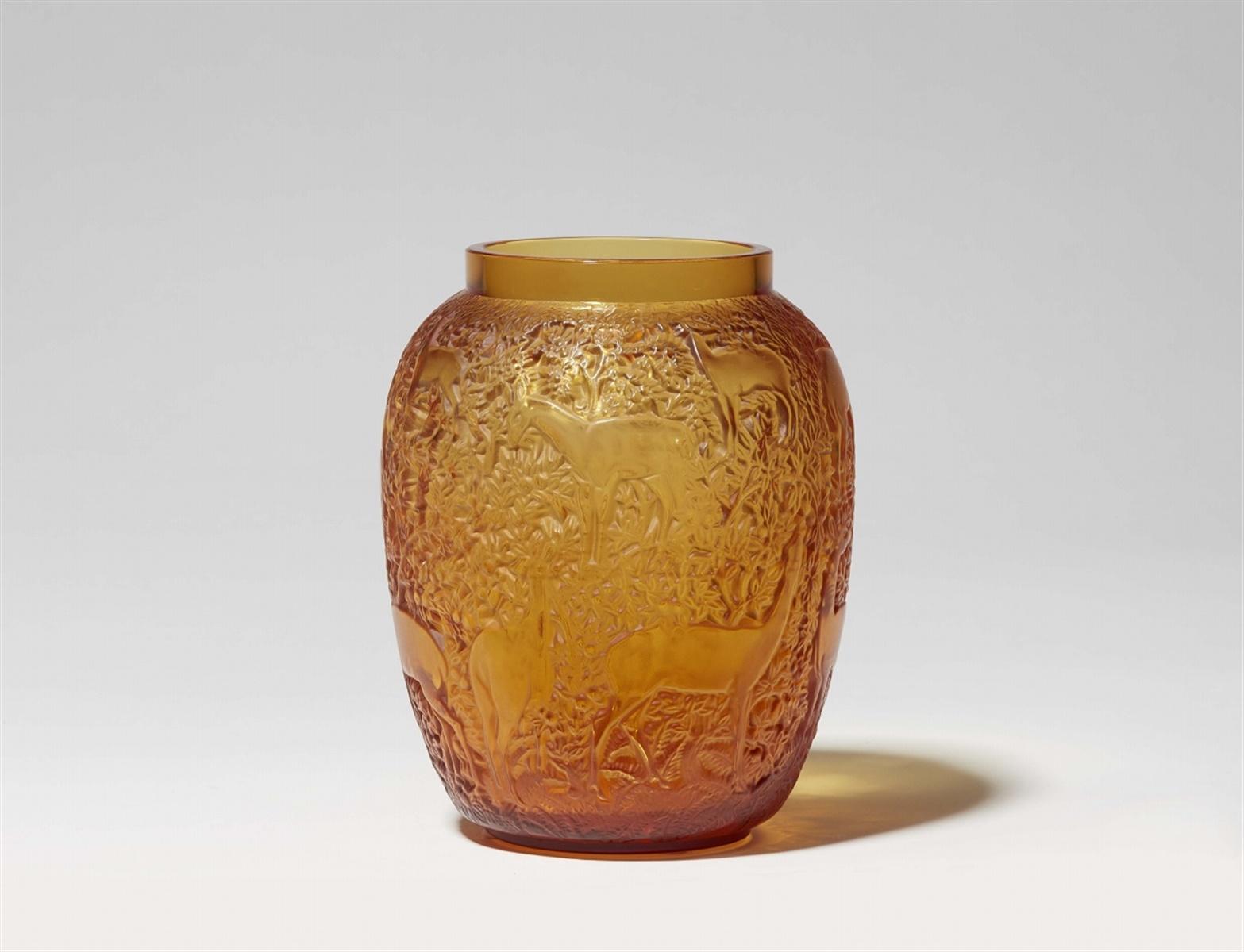 Lot 105 - Vase bichesModelgeformtes bernsteinfarbenes Glas. Modell 1082, nach 1947 als Modell 2015 und ab 1951