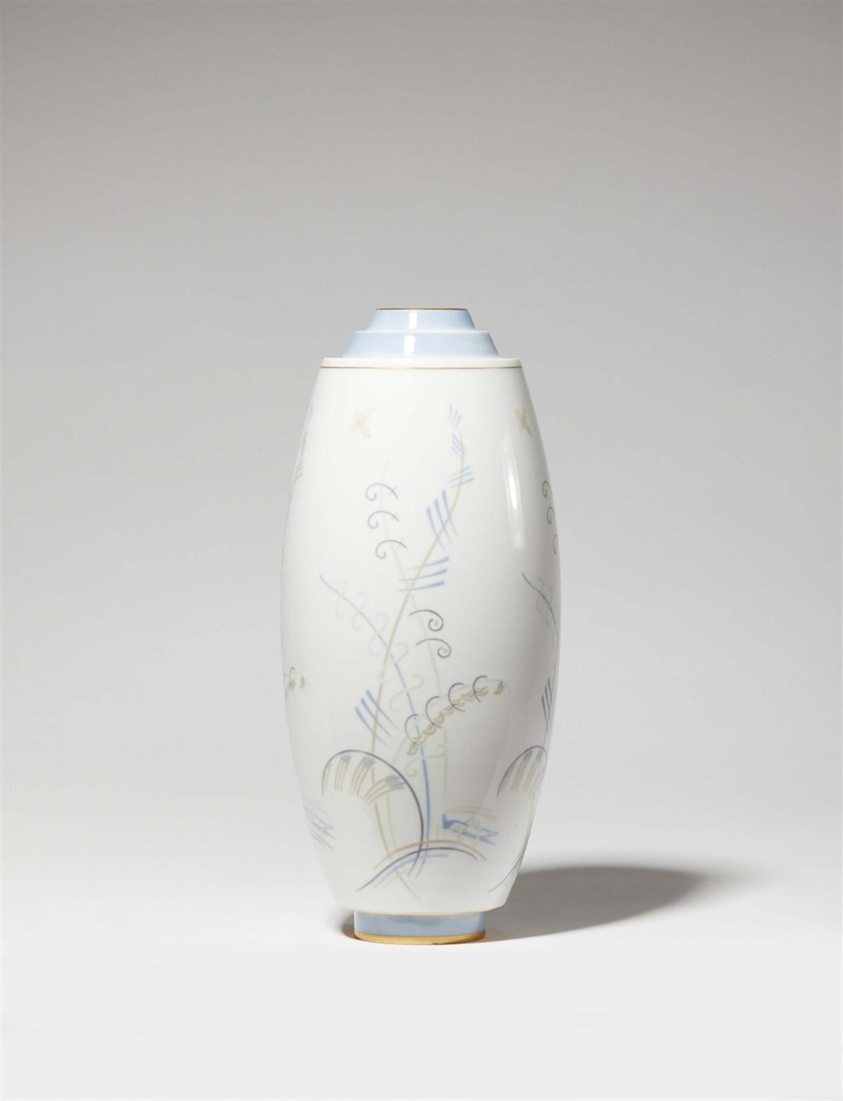 Vase Tribout N°3Porzellan, Fondbänder in Himmelblau sowie farbiger Unterglasurdekor,