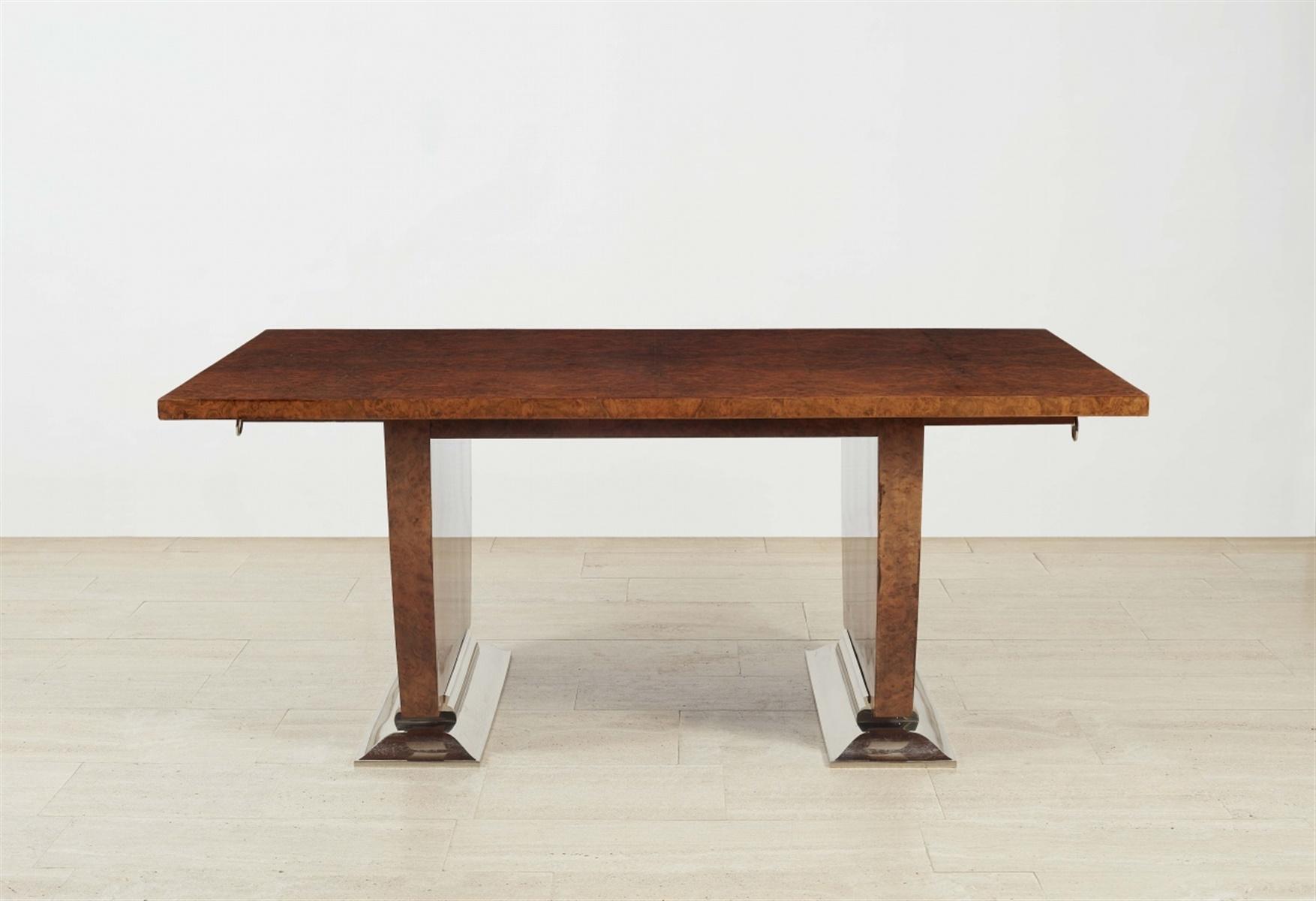 Esstisch Nr. 1219Rapportgeschnittenes Maserfurnier auf Eiche, Metallfüße. Repräsentativer Tisch