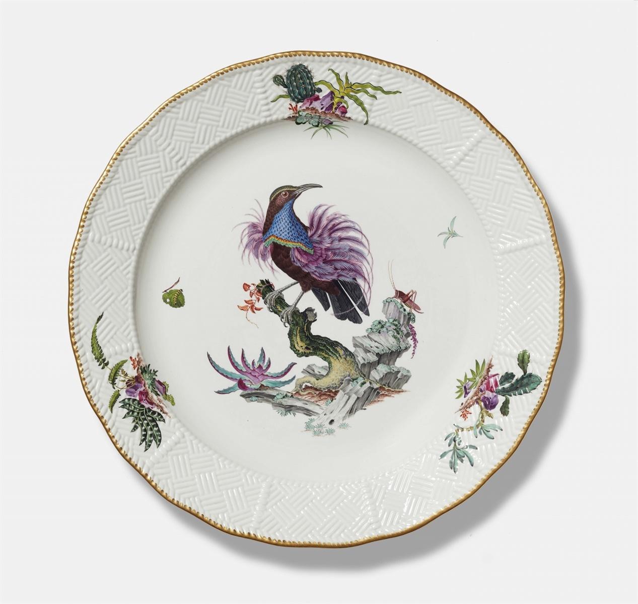 Lot 37 - Große Platte mit ParadiesvogelPorzellan, farbiger Aufglasurdekor, Goldrand. Sulkowski-Ozier.