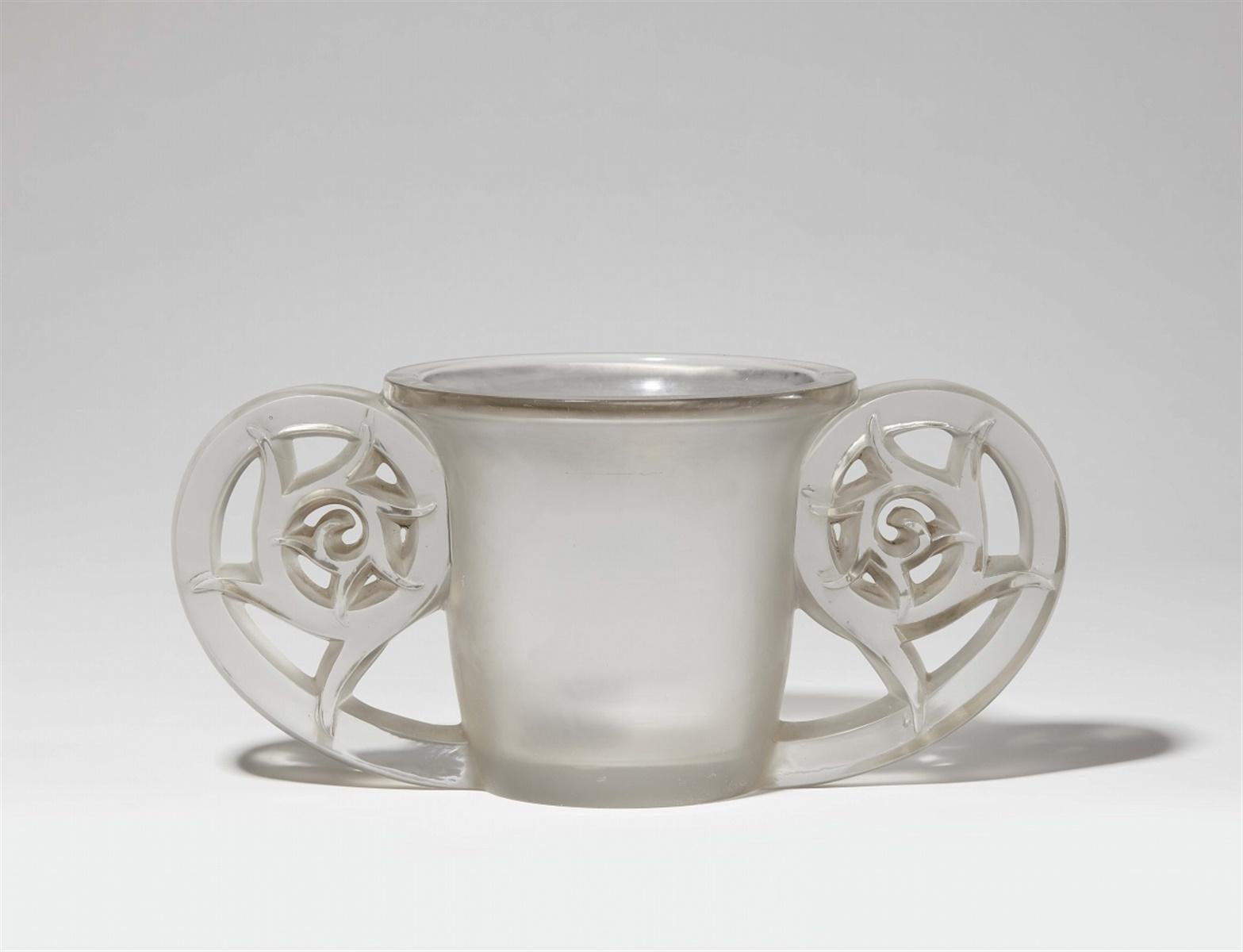 Vase PierrefondsModelgeformtes Klarglas, partiell matt geätzt, angeschmolzene Griffe. Modell 990.