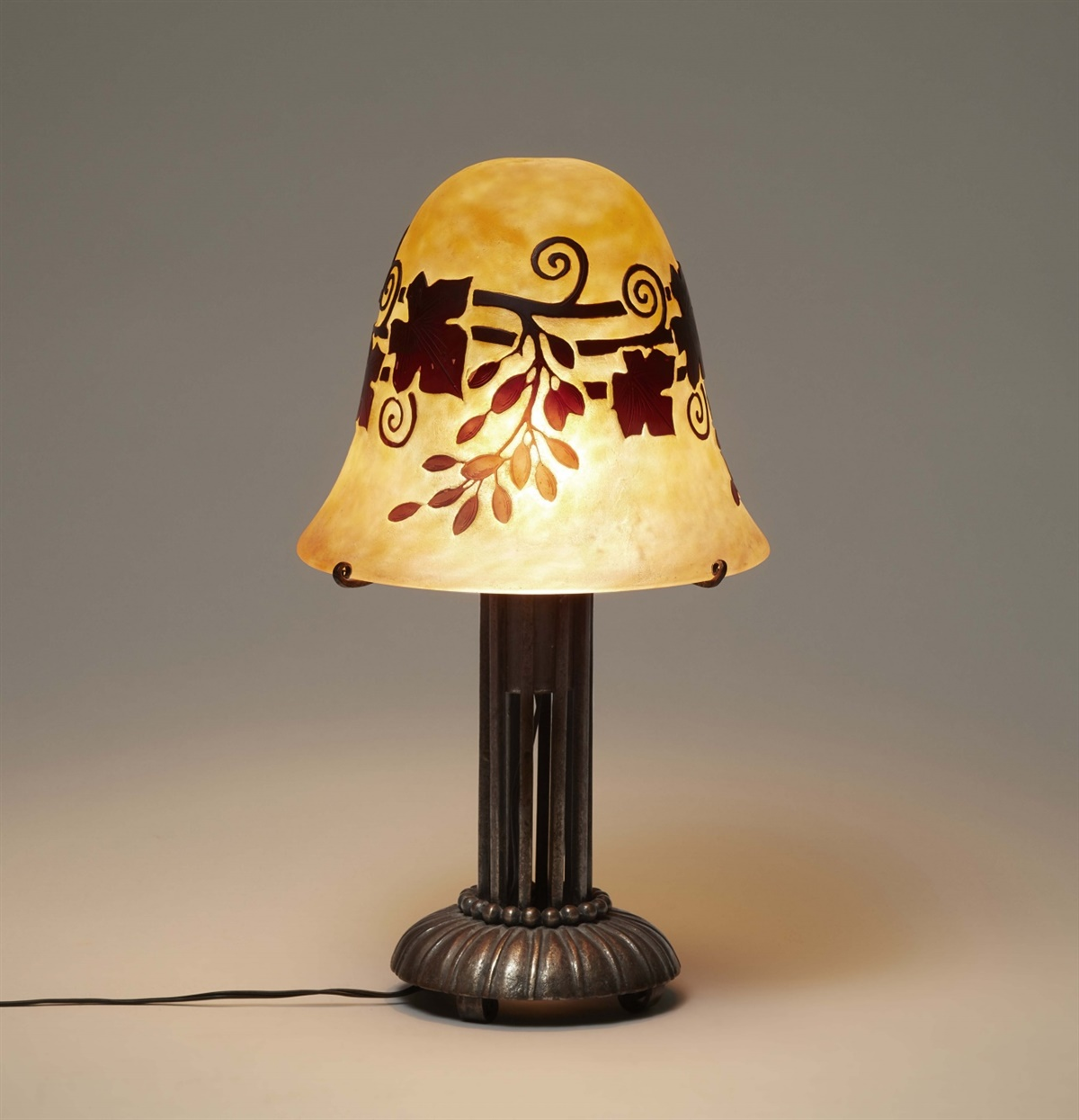 Lot 84 - Lampe aux feuilles de vigneMattgeätztes Glas mit wolkigen hellroten und gelben