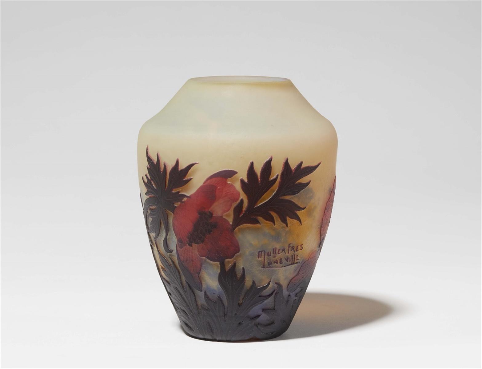 Lot 26 - Vase coquelicotMatt geätztes, gelb unterfangenes Glas mit hellblauen Pulvereinschmelzungen, rotem