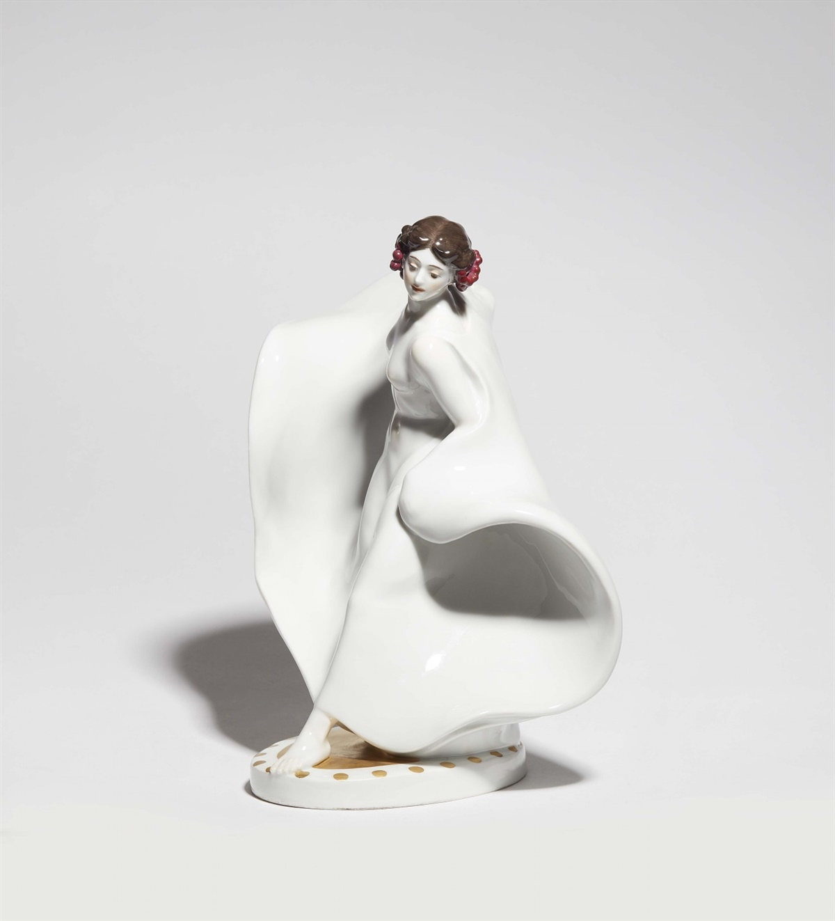 Seltene Figur der Tänzerin Loie FullerPorzellan, farbiger Unter- und Aufglasurdekor, Vergoldung.