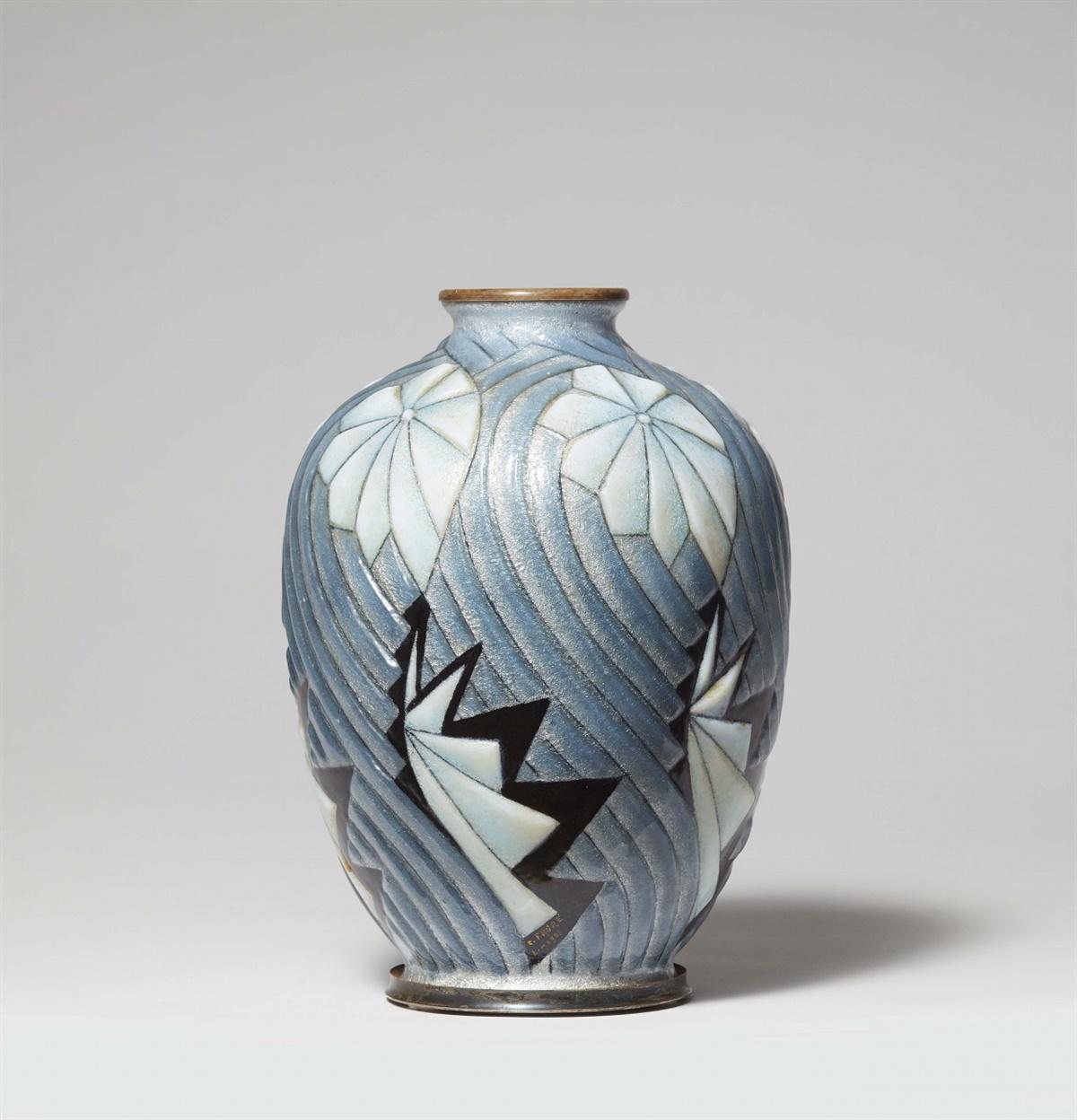 Lot 79 - Große Vase von Camille FauréTeilweise versilbertes Metall mit Reliefemail in Weiß und Tranzluzidblau