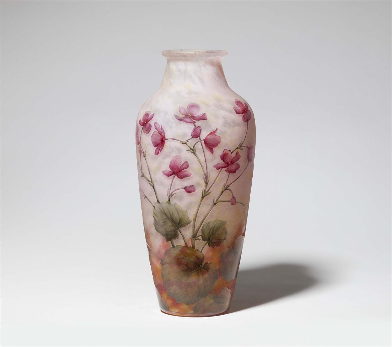 Los 25 - Vase violetsMatt geätztes Glas mit gewölkten Pulvereinschmelzungen in Gelb, Rosa und Weiß,