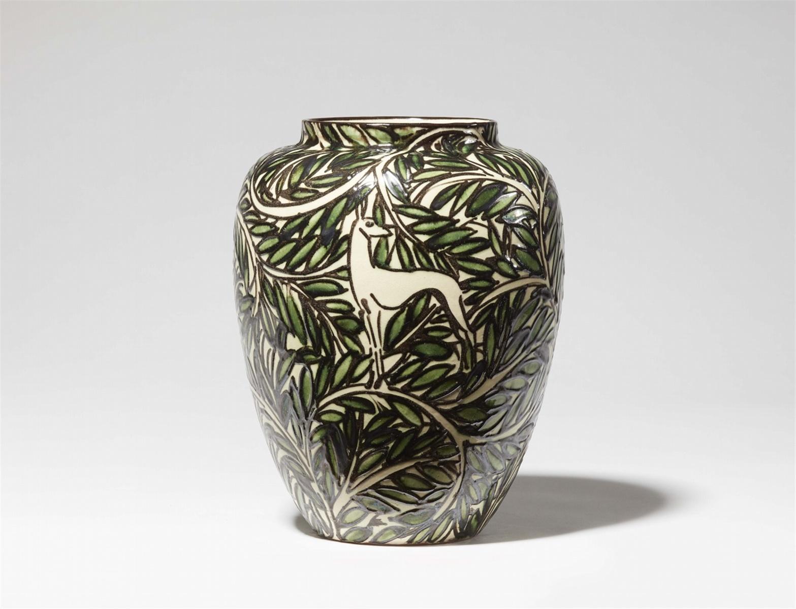 """Vase """"Reh Vogel""""Rote Irdenware, schwarzer Schlickerdekor über weißer Engobe und grüner"""