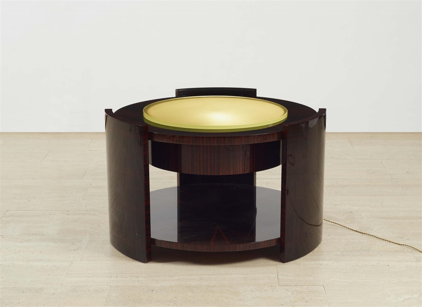 Table bassePalisander furniert, geschliffene Glasplatte, elektrifiziert. H 55,5, D 88 cm. Im Stil