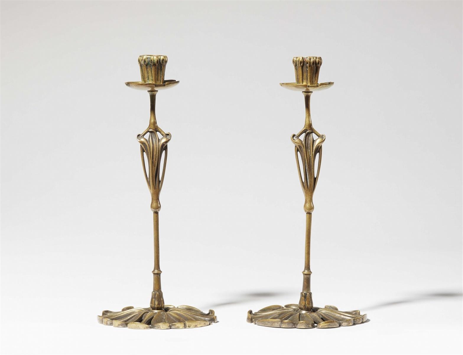 Lot 3 - Paar Kerzenleuchter Art NouveauBronze mit goldener Patina. Vierteilig, verschraubt. Ohne Marke. Eine
