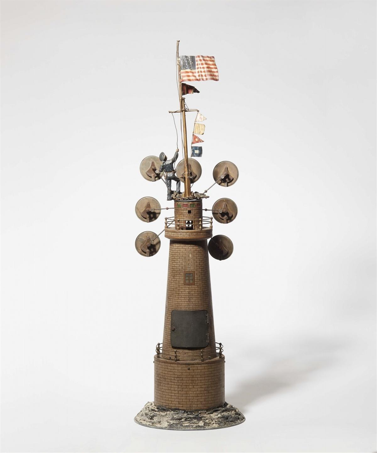 Los 1 - Leuchtturm mit WeltzeituhrKupfer- und Eisenblech, lackiert. Skelettiertes Messing-Pendelwerk mit