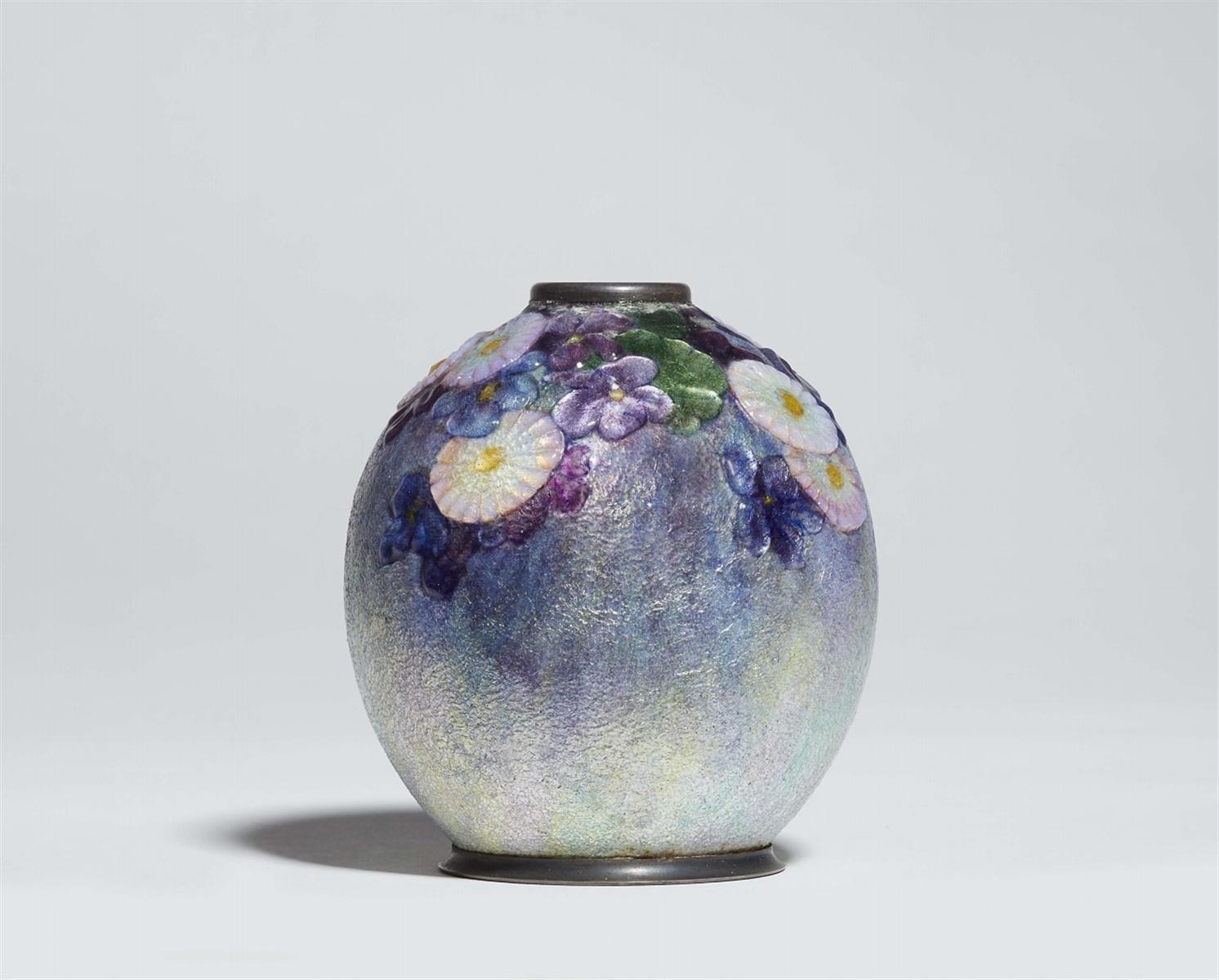 Vase mit BlumendekorVersilbertes Metall, farbiges Transluzidemail in Relieftechnik über Silberfolie.