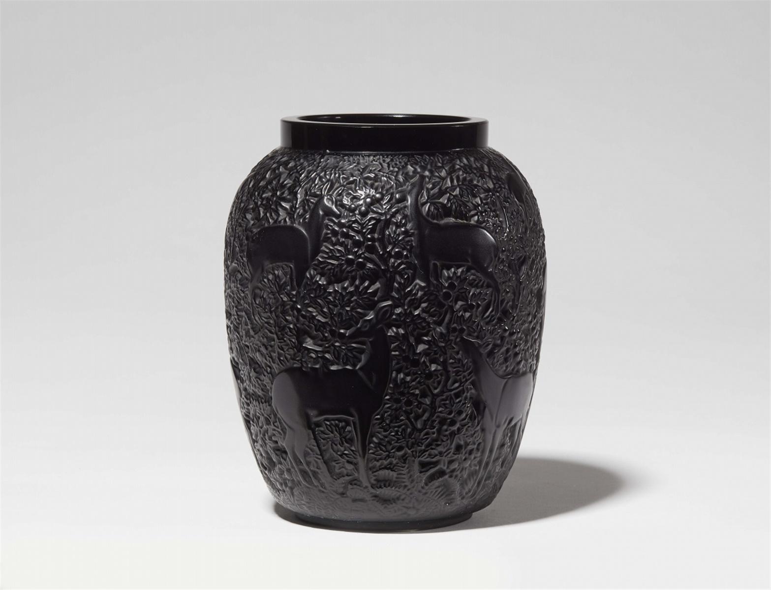 Lot 104 - Vase bichesModelgeformtes schwarzes Glas. Modell 1082, nach 1947 als Modell 2015 und ab 1951 als